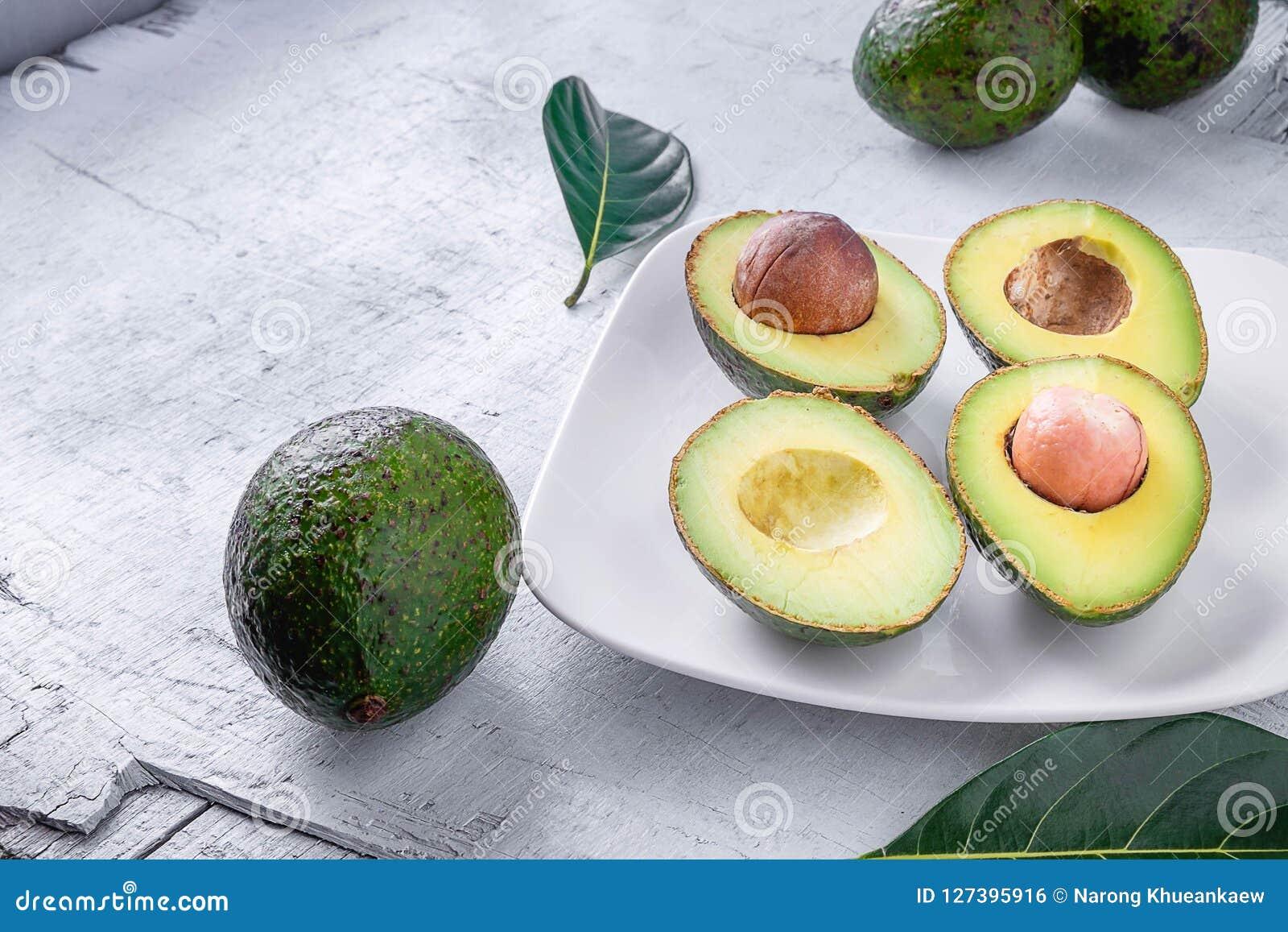 Μισά φρούτα αβοκάντο