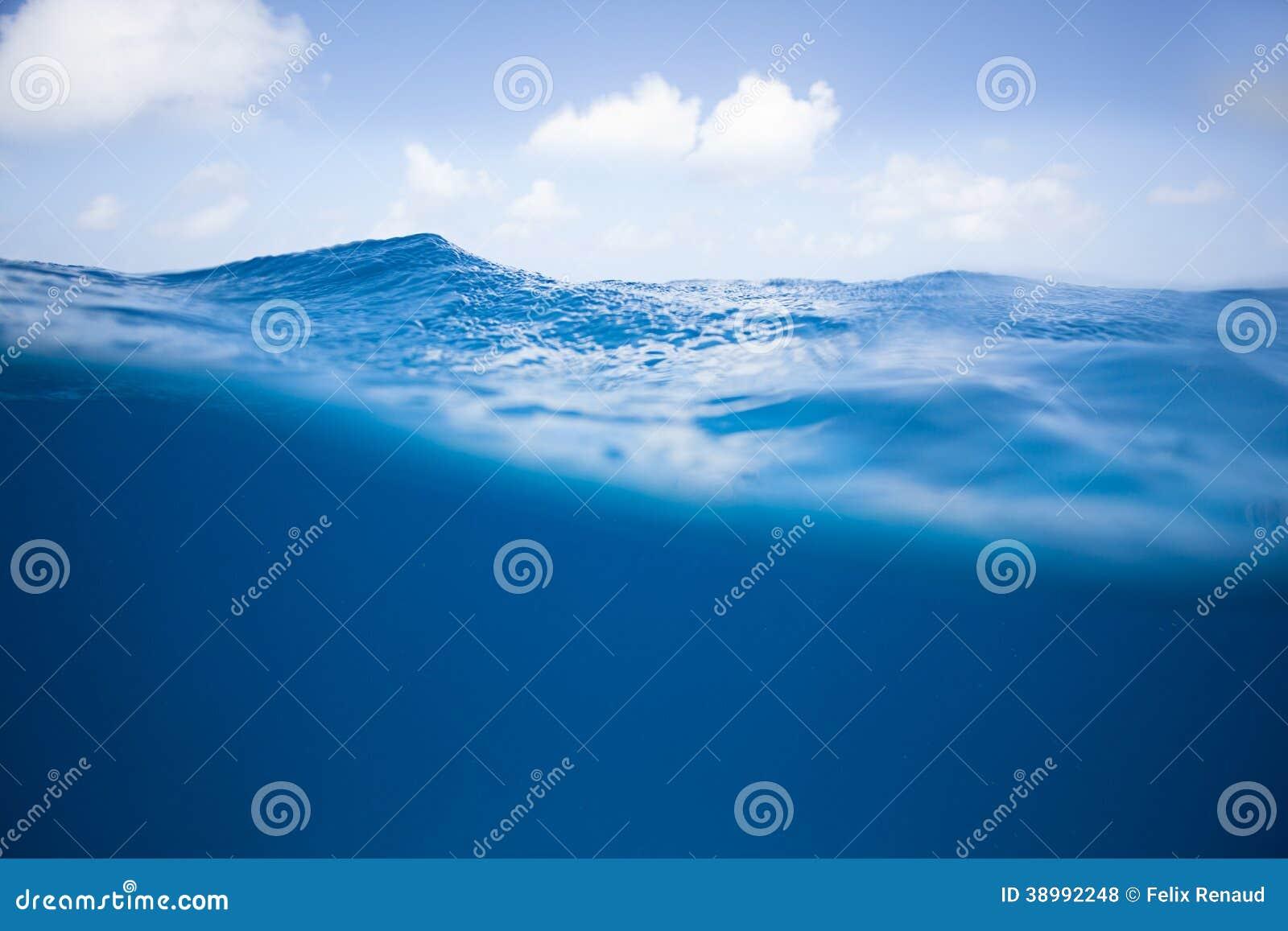 Μισός και η μισή από την ωκεάνια επιφάνεια