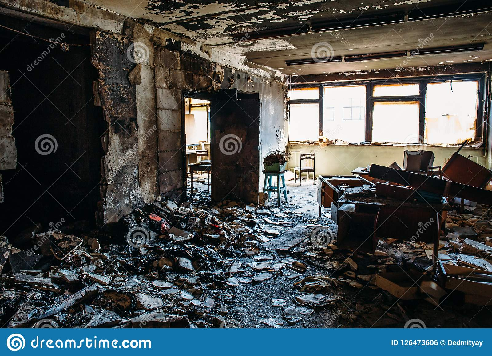 Μμένο εσωτερικό σπιτιών Μμένο δωμάτιο στο βιομηχανικό κτήριο, τα απανθρακωμένα έπιπλα και το χαλασμένο διαμέρισμα μετά από την πυ