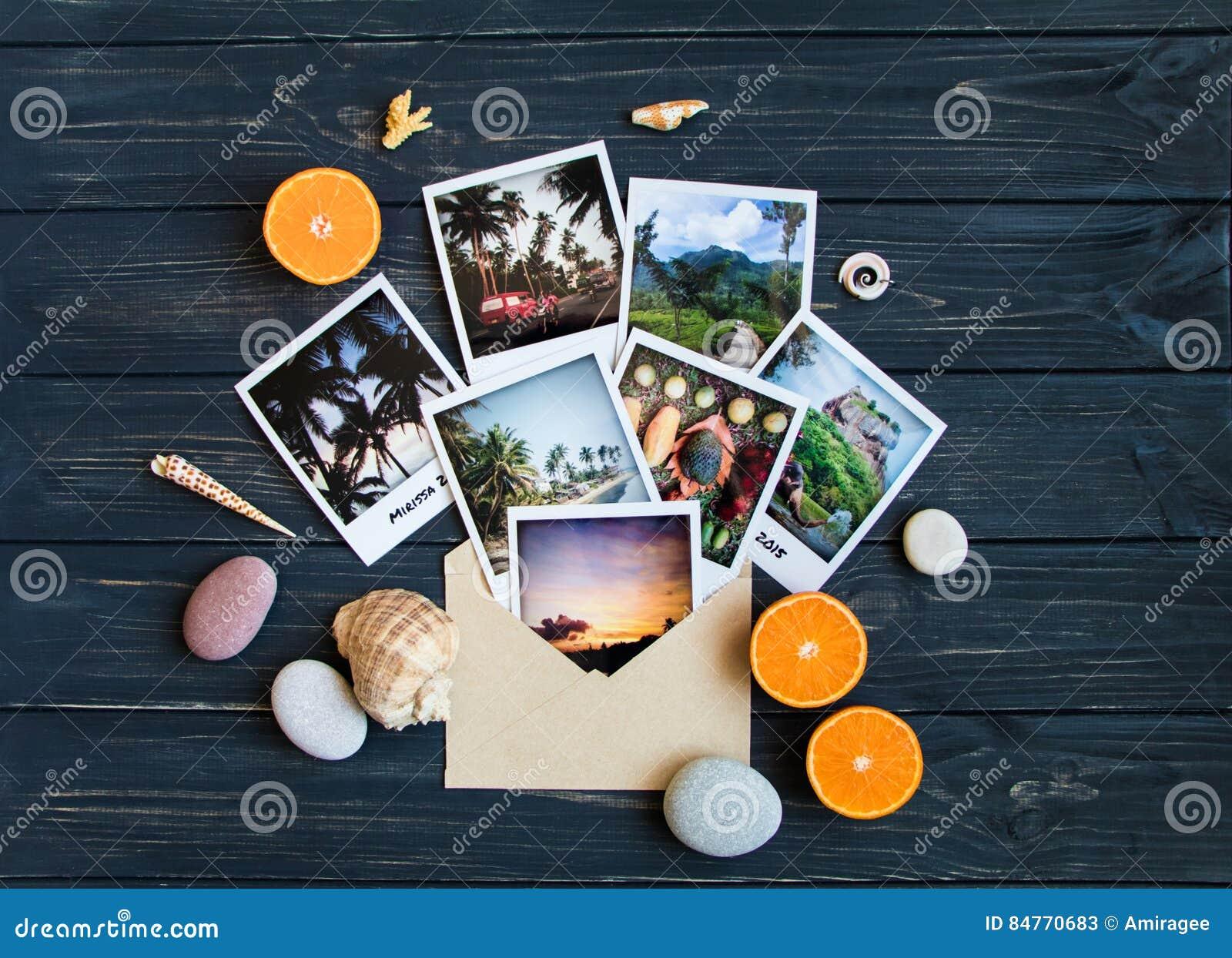 Μνήμες διακοπών: φωτογραφίες, πέτρες, θαλασσινά κοχύλια, φρούτα στη φωτογραφία ταξιδιού Επίπεδος βάλτε, τοπ άποψη