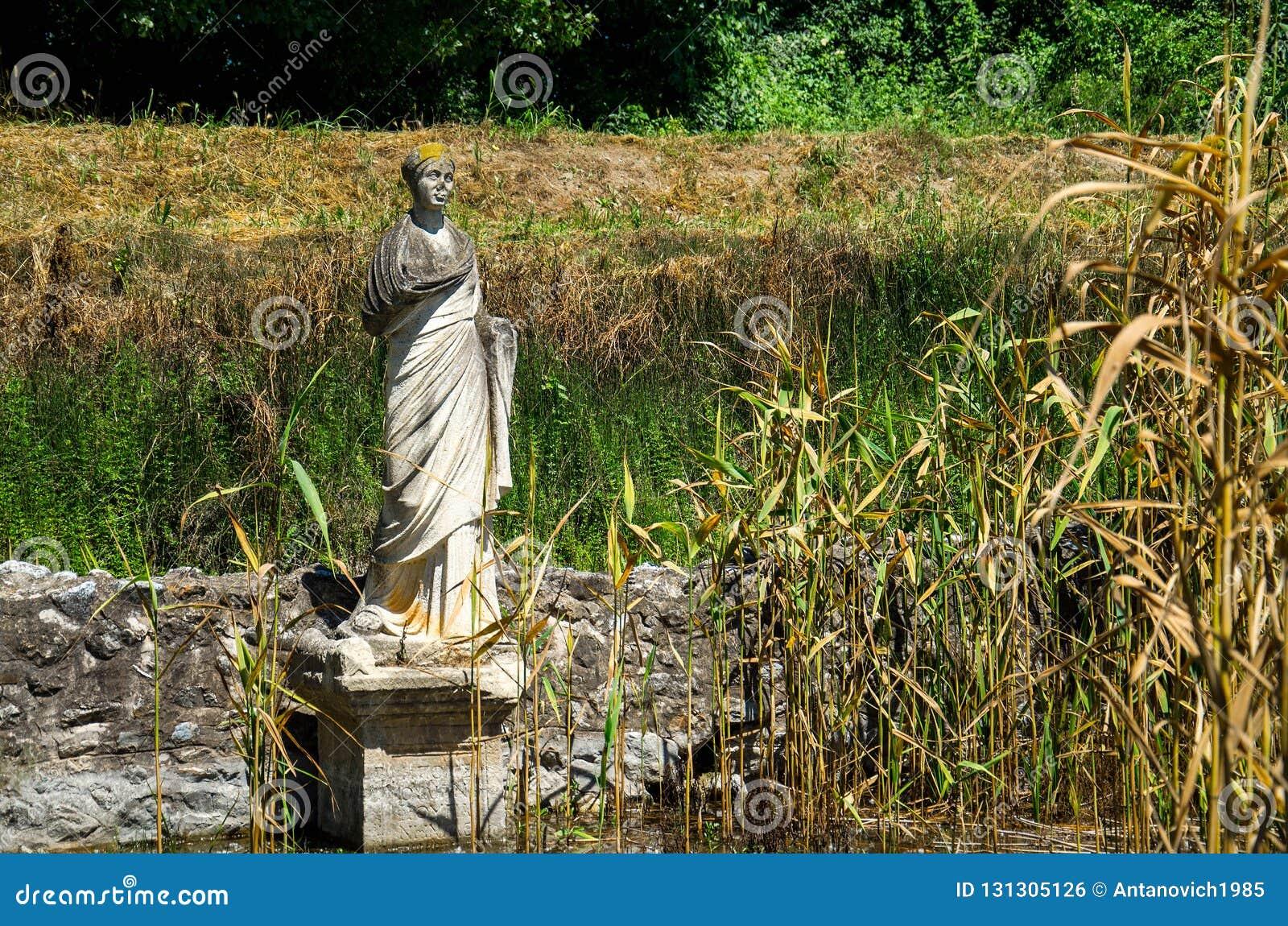 Μνημείο αγαλμάτων στις καταστροφές της περιοχής του Dion Archeological, Μακεδονία,