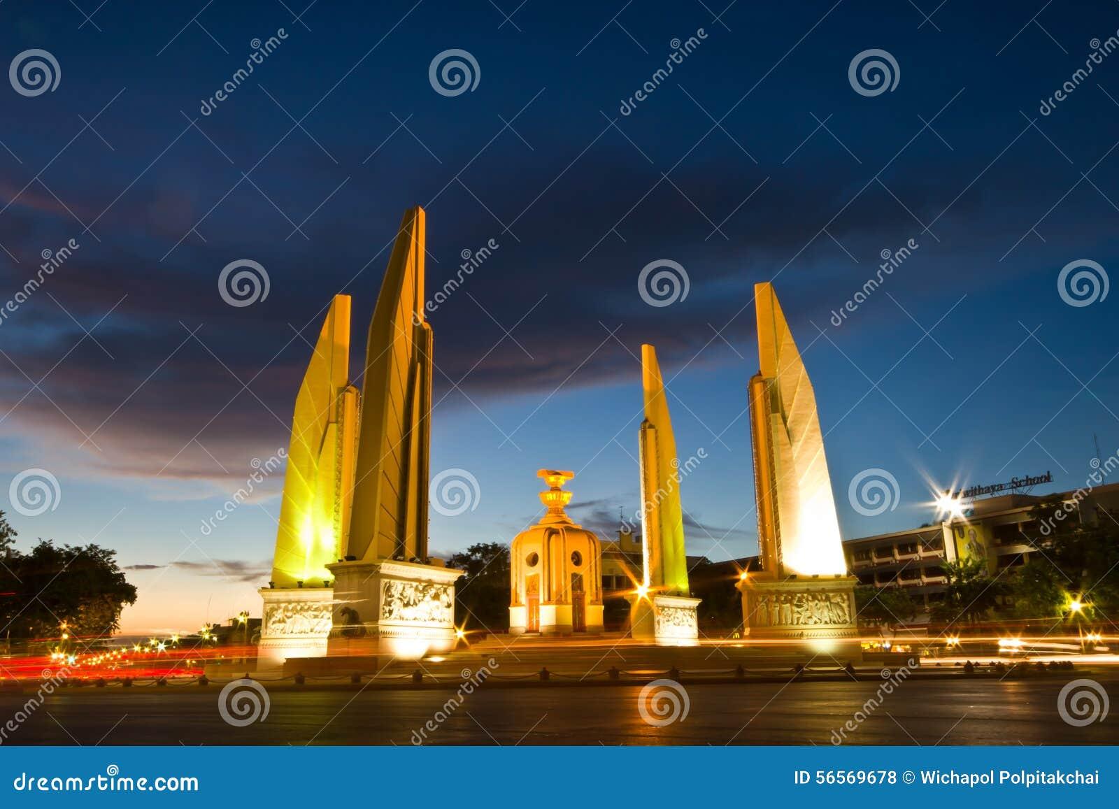 Download Μνημείο δημοκρατίας της Μπανγκόκ, Ταϊλάνδη πυροβοληθείσα τη νύχτα Στοκ Εικόνες - εικόνα από τουρίστας, πεζοδρόμιο: 56569678