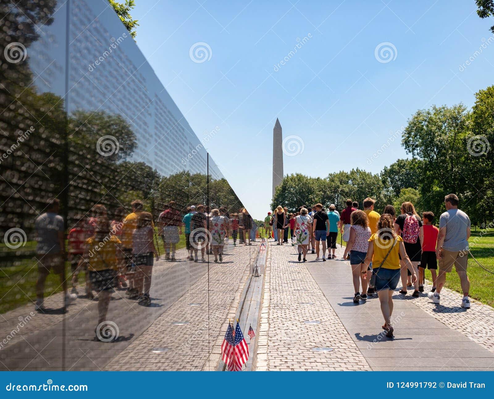 Μνημείο παλαιμάχων του Βιετνάμ με τους τουρίστες και μνημείο της Ουάσιγκτον στο υπόβαθρο
