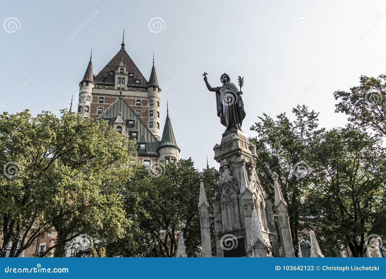 Μνημείο πηγών πόλεων του Καναδά Κεμπέκ της γυναίκας πίστης μπροστά από την κληρονομιά της ΟΥΝΕΣΚΟ τουριστικού αξιοθεάτου Frontena