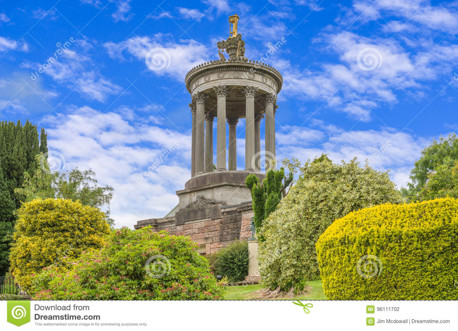 Μνημείο Ayr εγκαυμάτων του Robert μια θερινή ημέρα με το μπλε ουρανό και τα άσπρα ελαφριά σύννεφα