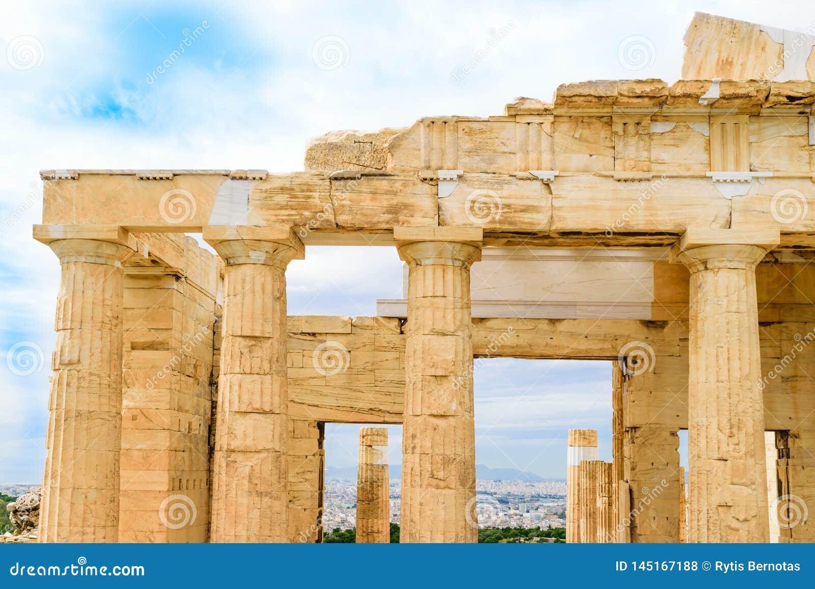 Μνημειακές πύλες Propylaea στην ακρόπολη στην Αθήνα