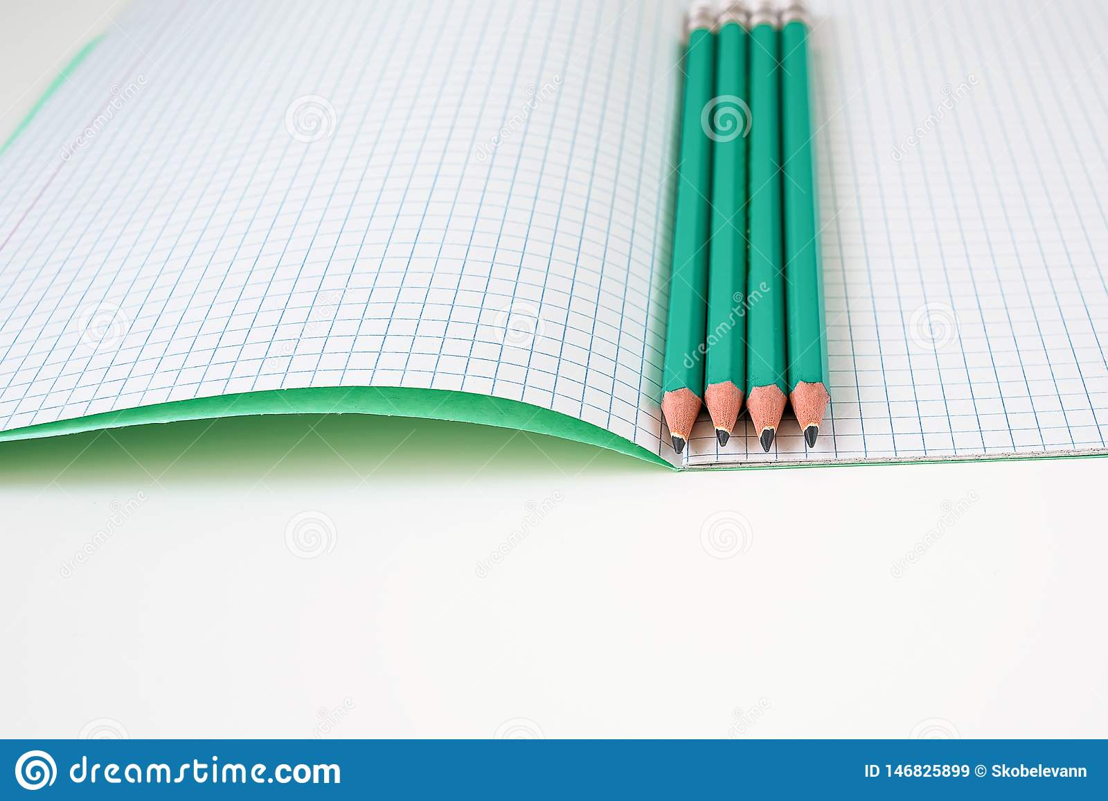 Μολύβια δίπλα στο σχολικό σημειωματάριο