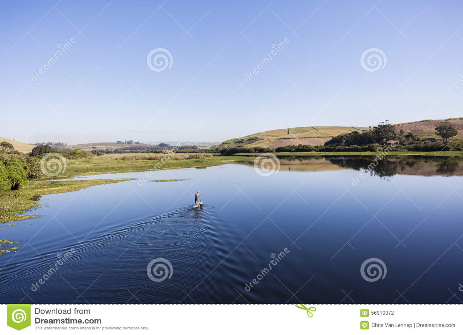Μοναξιά Paddler ποταμών λιμνοθαλασσών