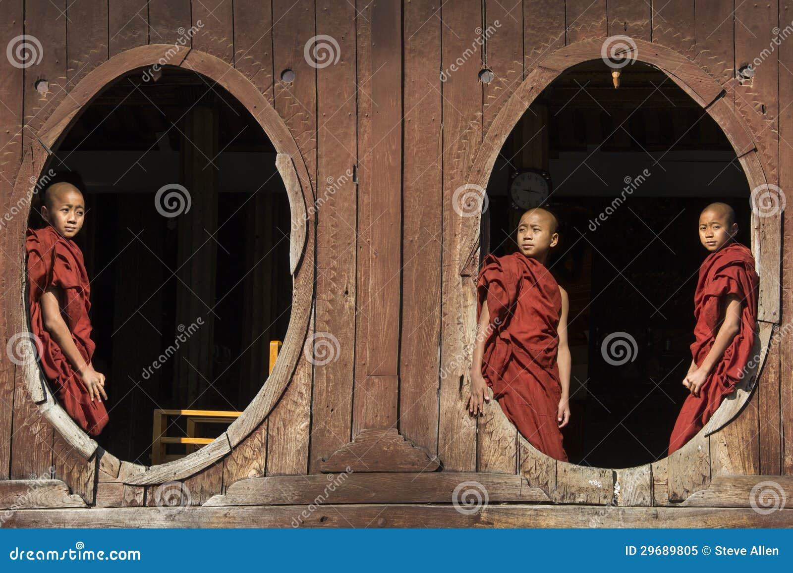 Μοναχοί αρχαρίων - Nyaungshwe - το Μιανμάρ