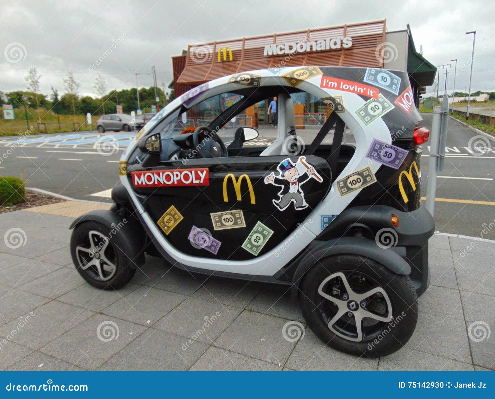 Μονοπωλιακό αυτοκίνητο της McDonald s έξω από το εστιατόριο