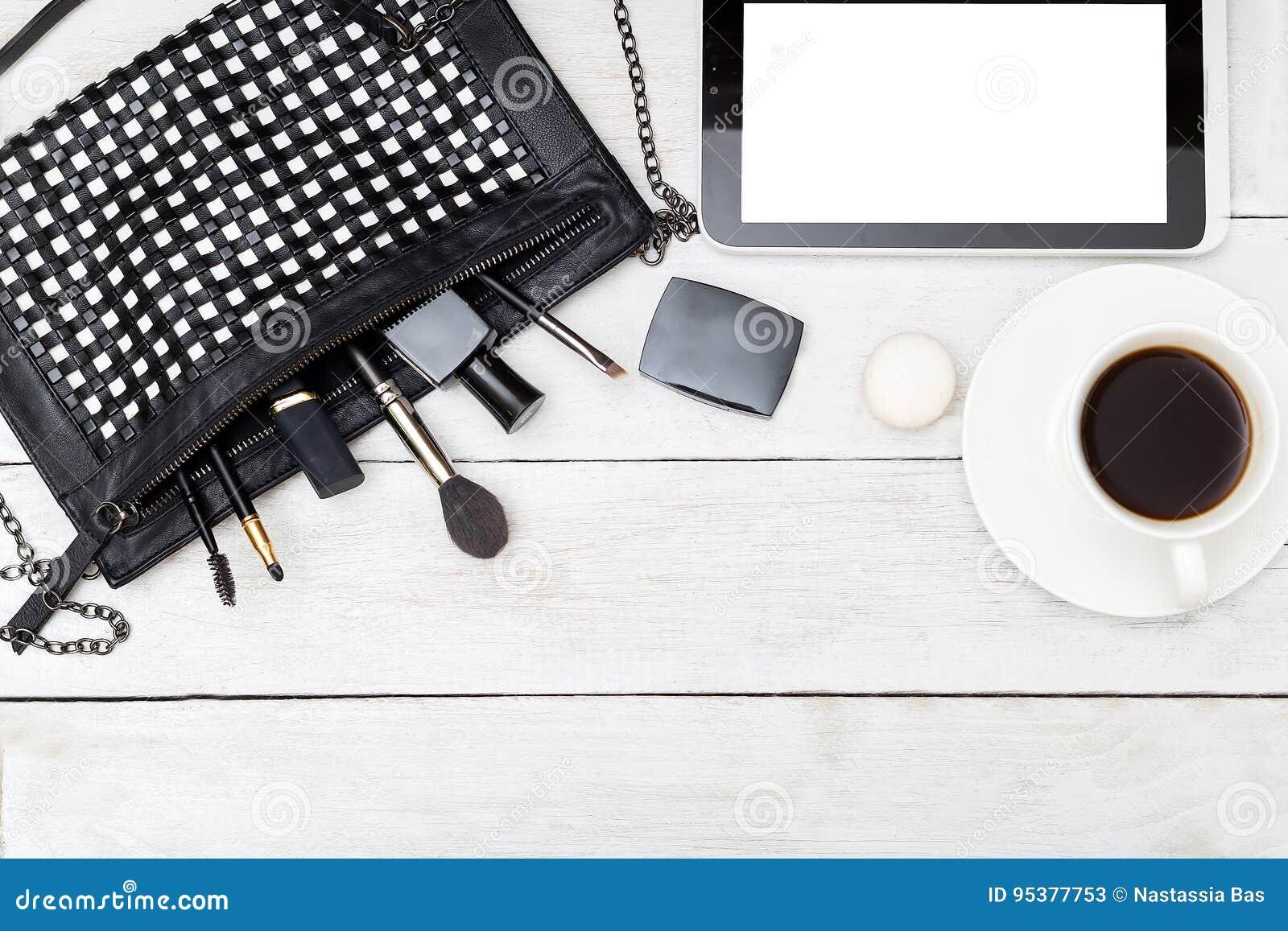 Μονοχρωματικός θηλυκός υπολογιστής γραφείου Χλεύη επάνω