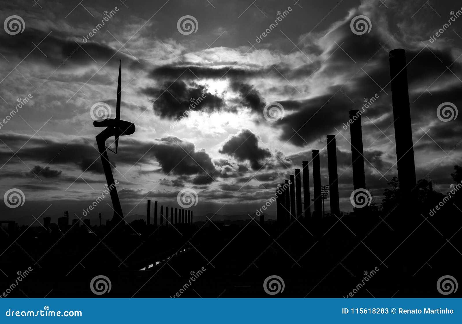 Μονοχρωματικός του σκιαγραφημένου πύργου επικοινωνίας στη Βαρκελώνη