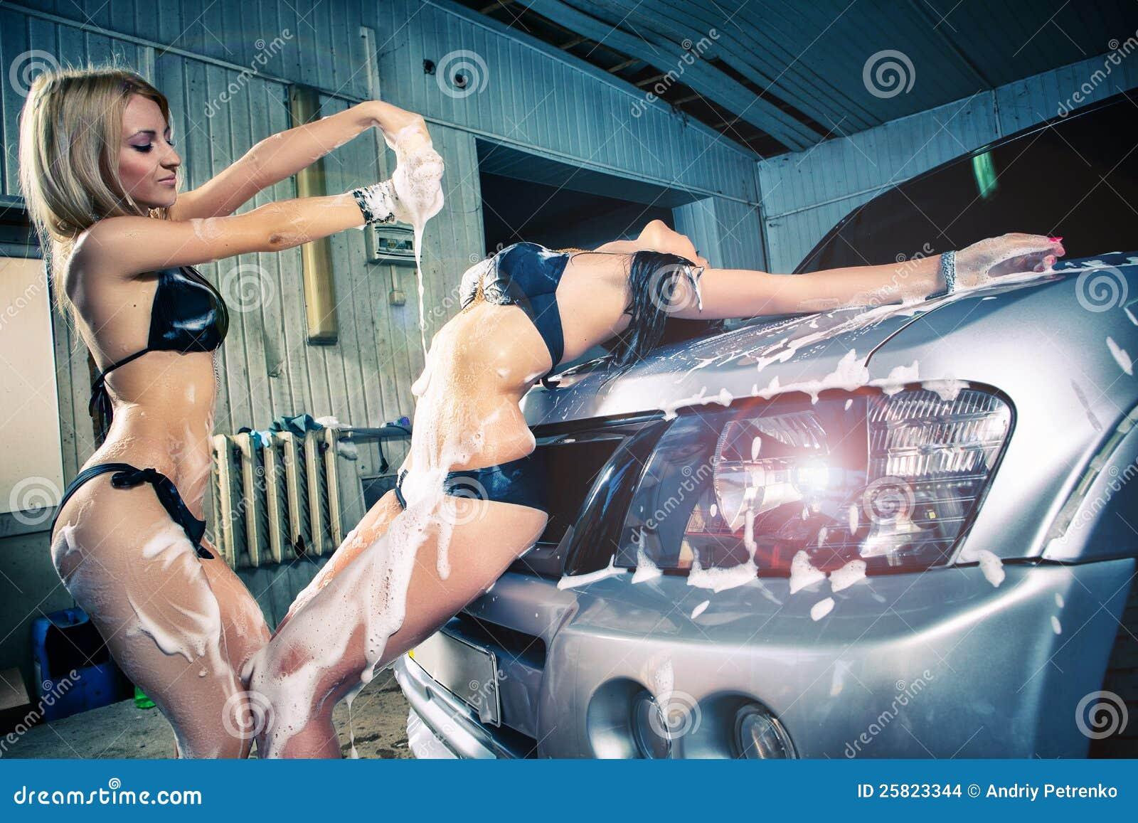 Μοντέλα στο πλύσιμο αυτοκινήτων στο γκαράζ.