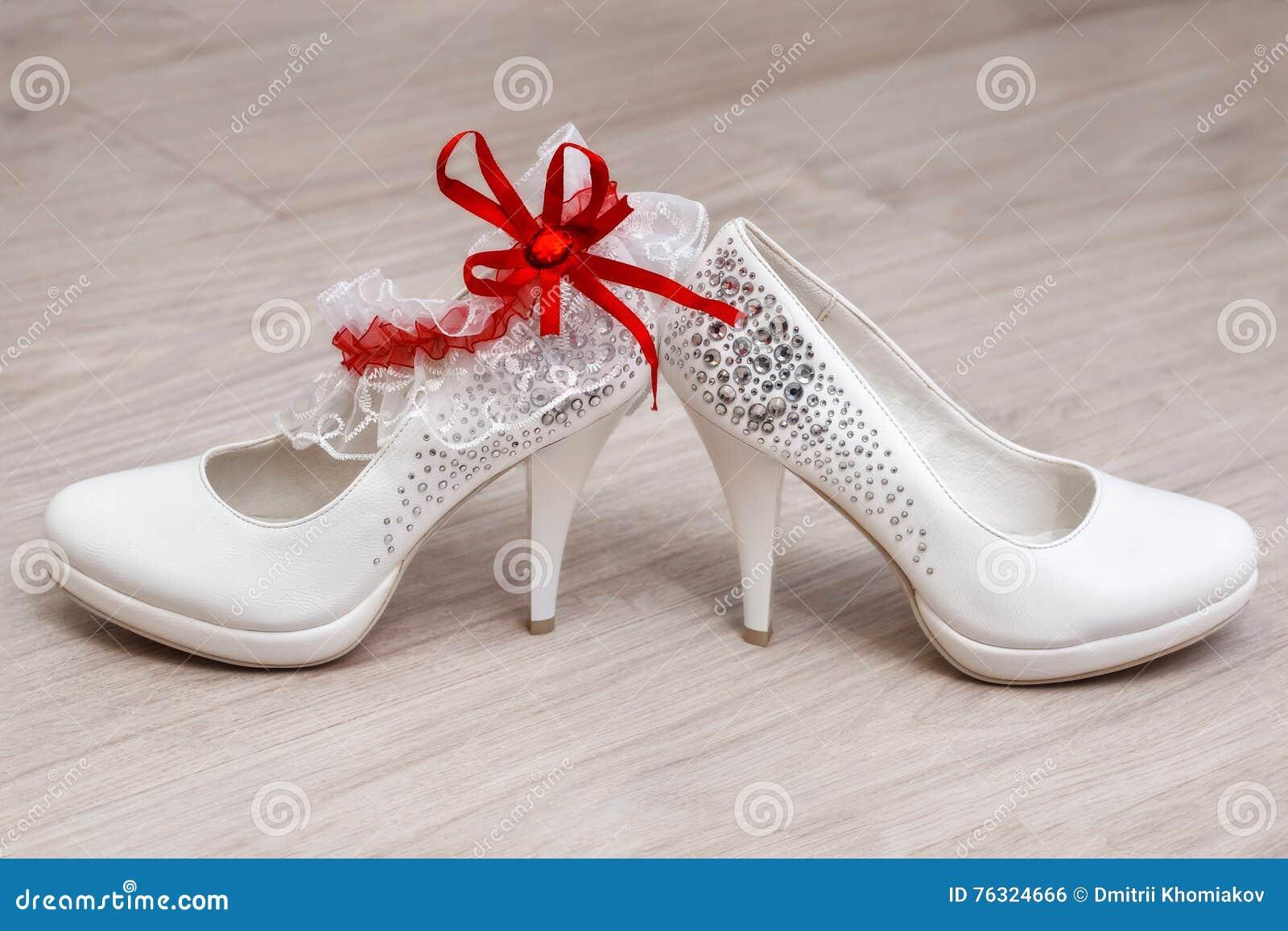 0841702b8e87 Μοντέρνα άσπρα θηλυκά γαμήλια υποδήματα Νυφικά παπούτσια, κινηματογράφηση  σε πρώτο πλάνο. Περισσότερες παρόμοιες στοκ εικόνες