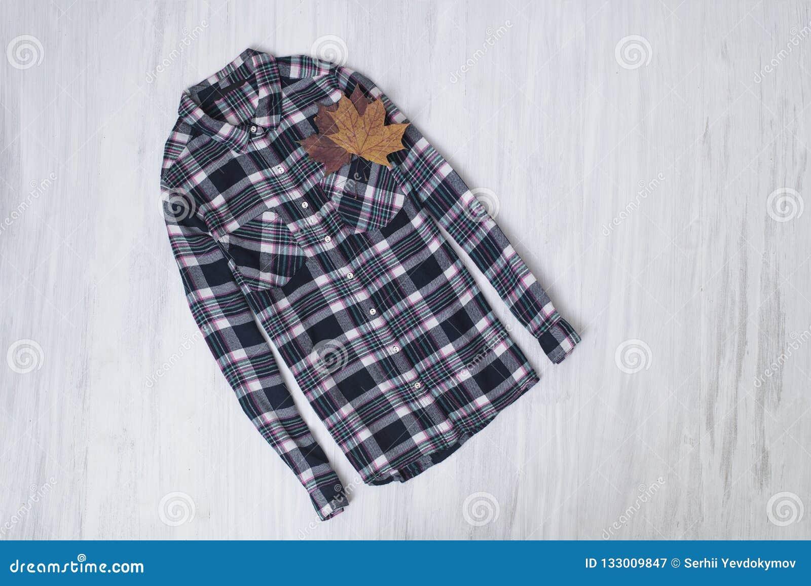 μοντέρνη έννοια Ελεγμένο πουκάμισο σε ένα ξύλινο υπόβαθρο FEM