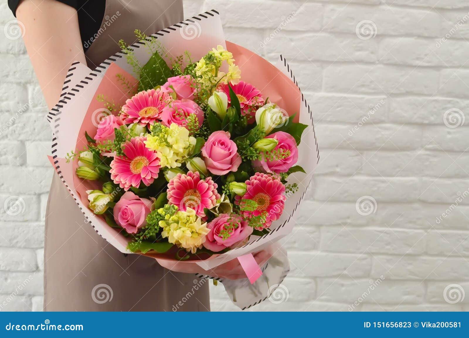 Μοντέρνη ανθοδέσμη των ρόδινων λουλουδιών