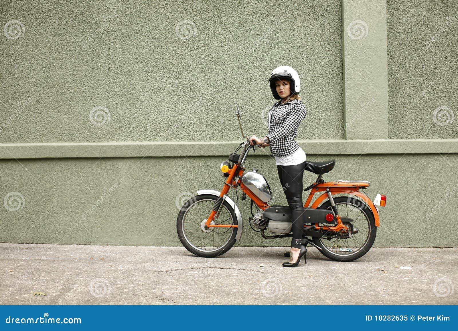 μοντέρνη γυναίκα μοτοποδ&e