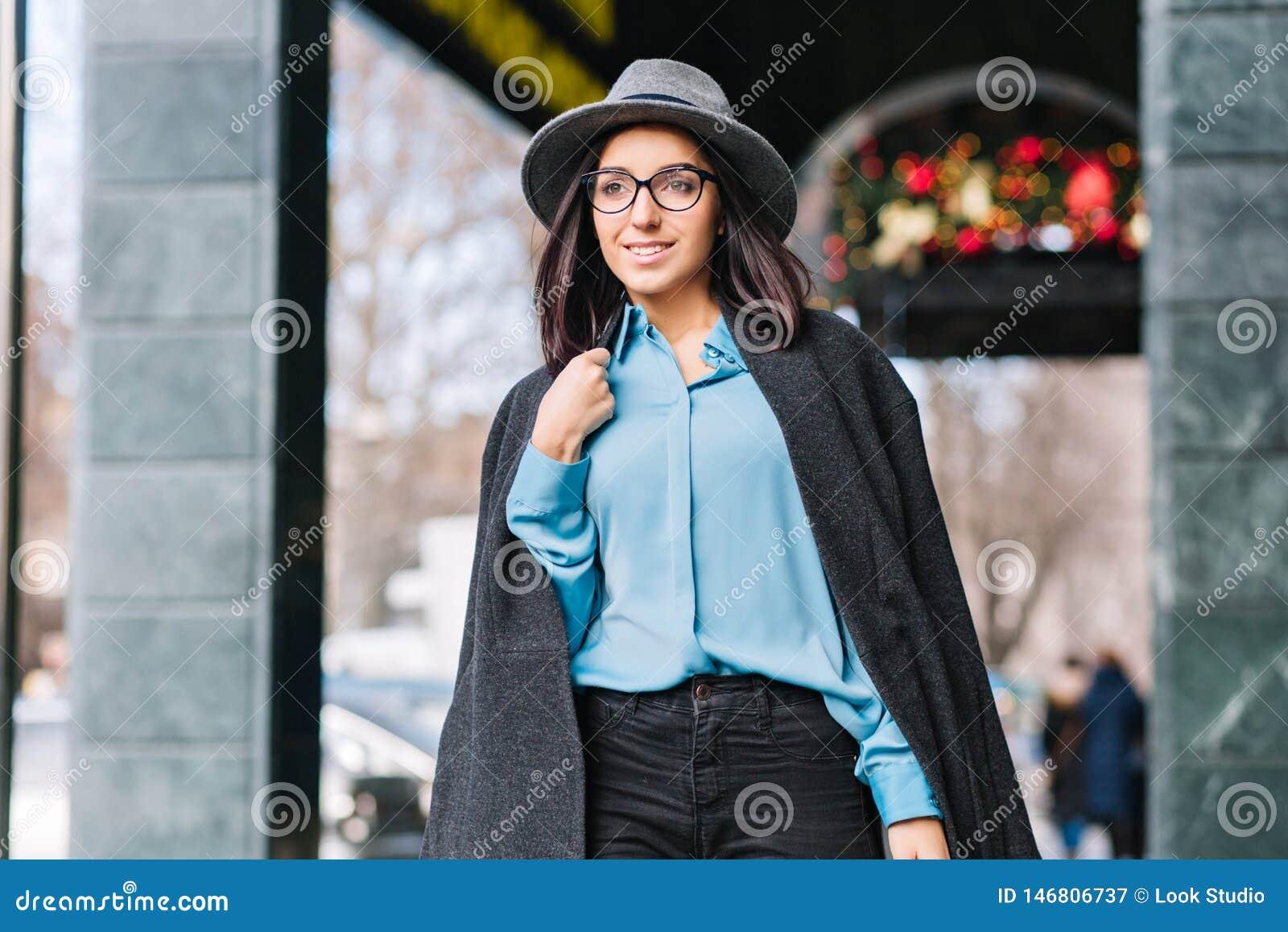 Μοντέρνη νέα γυναίκα πορτρέτου πόλεων πολυτέλειας μοντέρνη που περπατά στην οδό στην πόλη στο χρόνο Χριστουγέννων Γκρίζο καπέλο,