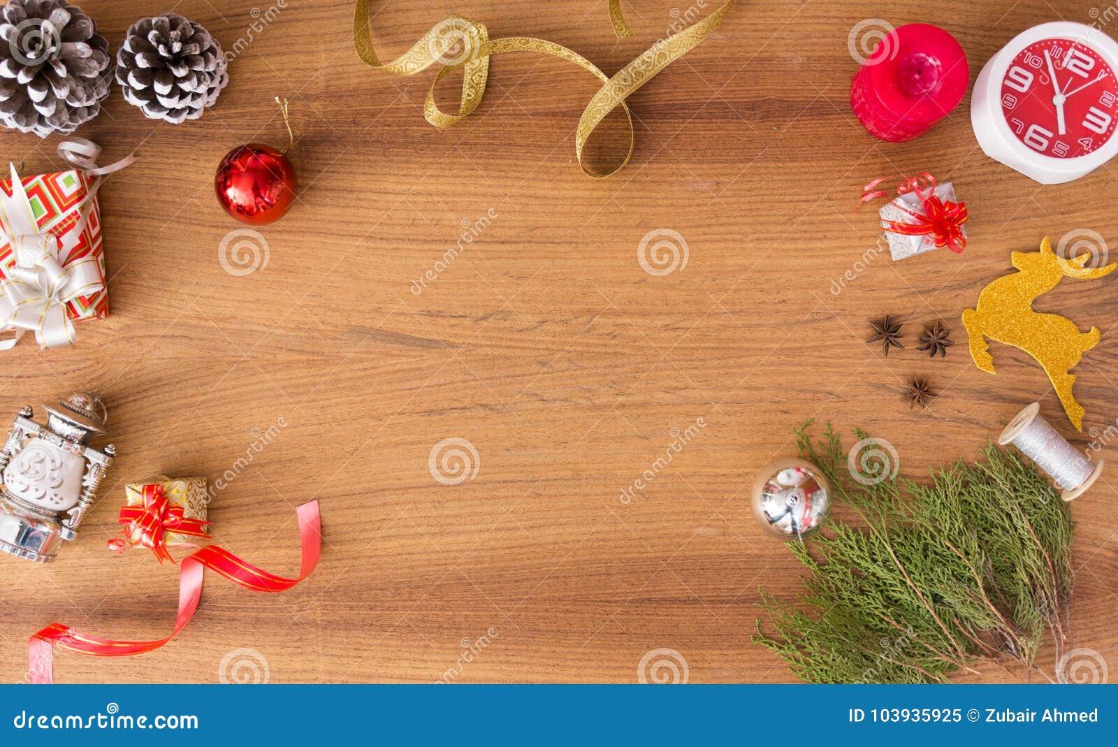 Μοντέρνη σύνθεση Χριστουγέννων κλάδοι έλατου, δώρο Χριστουγέννων και διακοσμήσεις στο ξύλινο υπόβαθρο