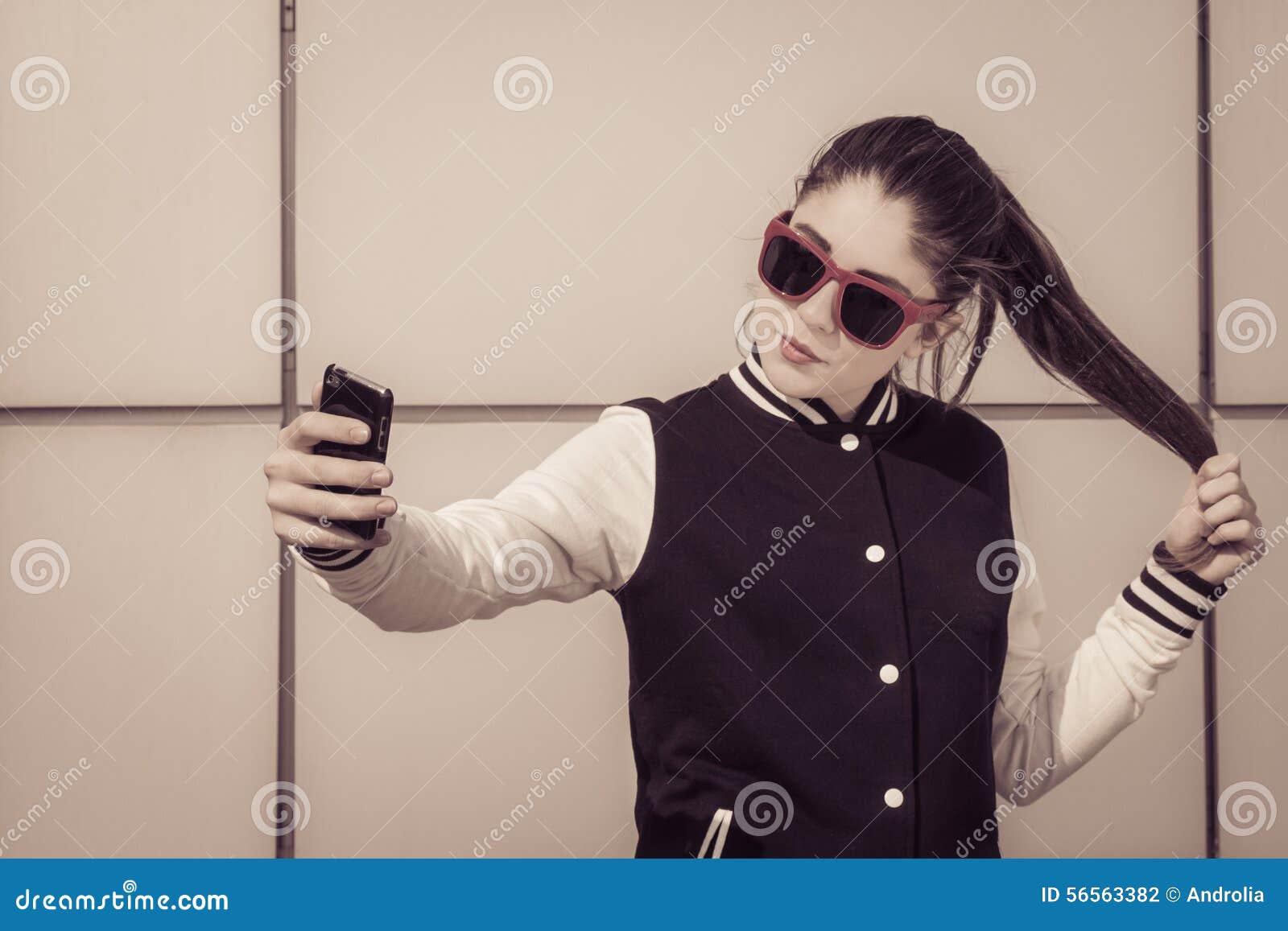 Download Μοντέρνο έφηβη στα κόκκινα γυαλιά ηλίου που παίρνουν την αυτοπροσωπογραφία Στοκ Εικόνες - εικόνα από ελεύθερος, ευτυχής: 56563382