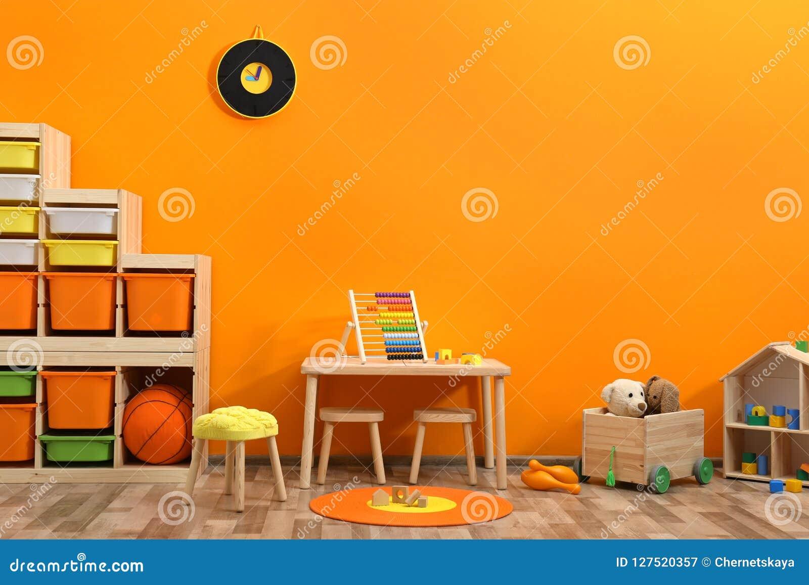 Μοντέρνο εσωτερικό δωματίων παιδιών ` s με τα παιχνίδια