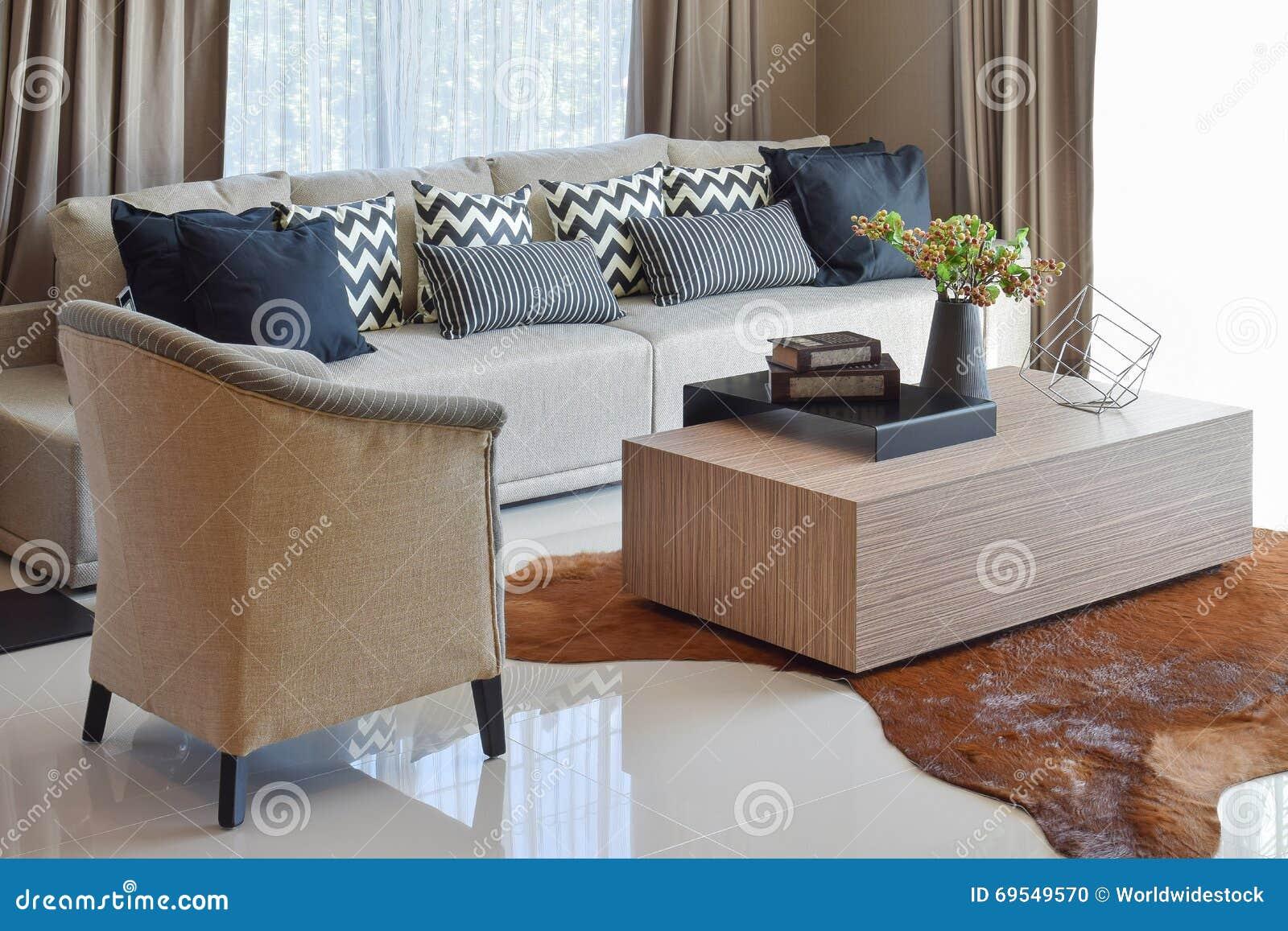 Μοντέρνο καθιστικό με τα γκρίζα ριγωτά μαξιλάρια στον καναπέ