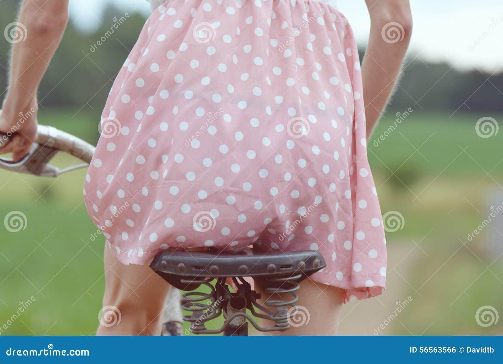 Download Μοντέρνο ντυμένο κορίτσι σε ένα παλαιό ποδήλατο με μια αναδρομική επίδραση Στοκ Εικόνες - εικόνα από μοντέρνος, κύκλος: 56563566
