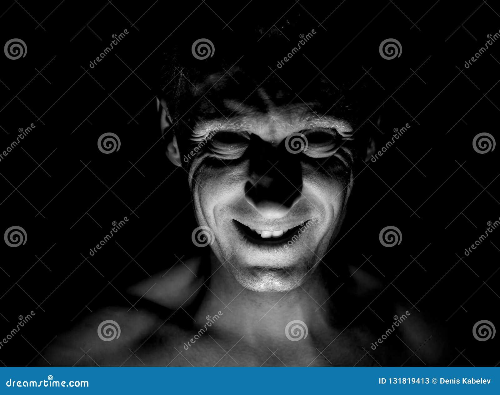 Μοντέρνο πορτρέτο του ενήλικου καυκάσιου ατόμου Χαμογελά όπως μανιακό και φαίνεται όπως μανιακός ή τρελλός