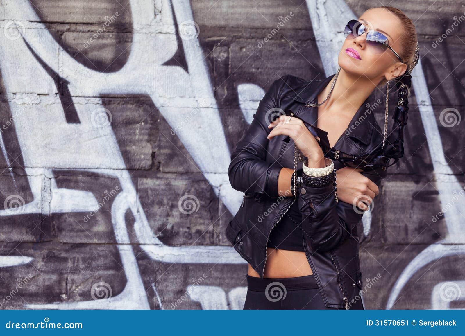 Μοντέρνο πρότυπο μόδας στα γυαλιά ηλίου
