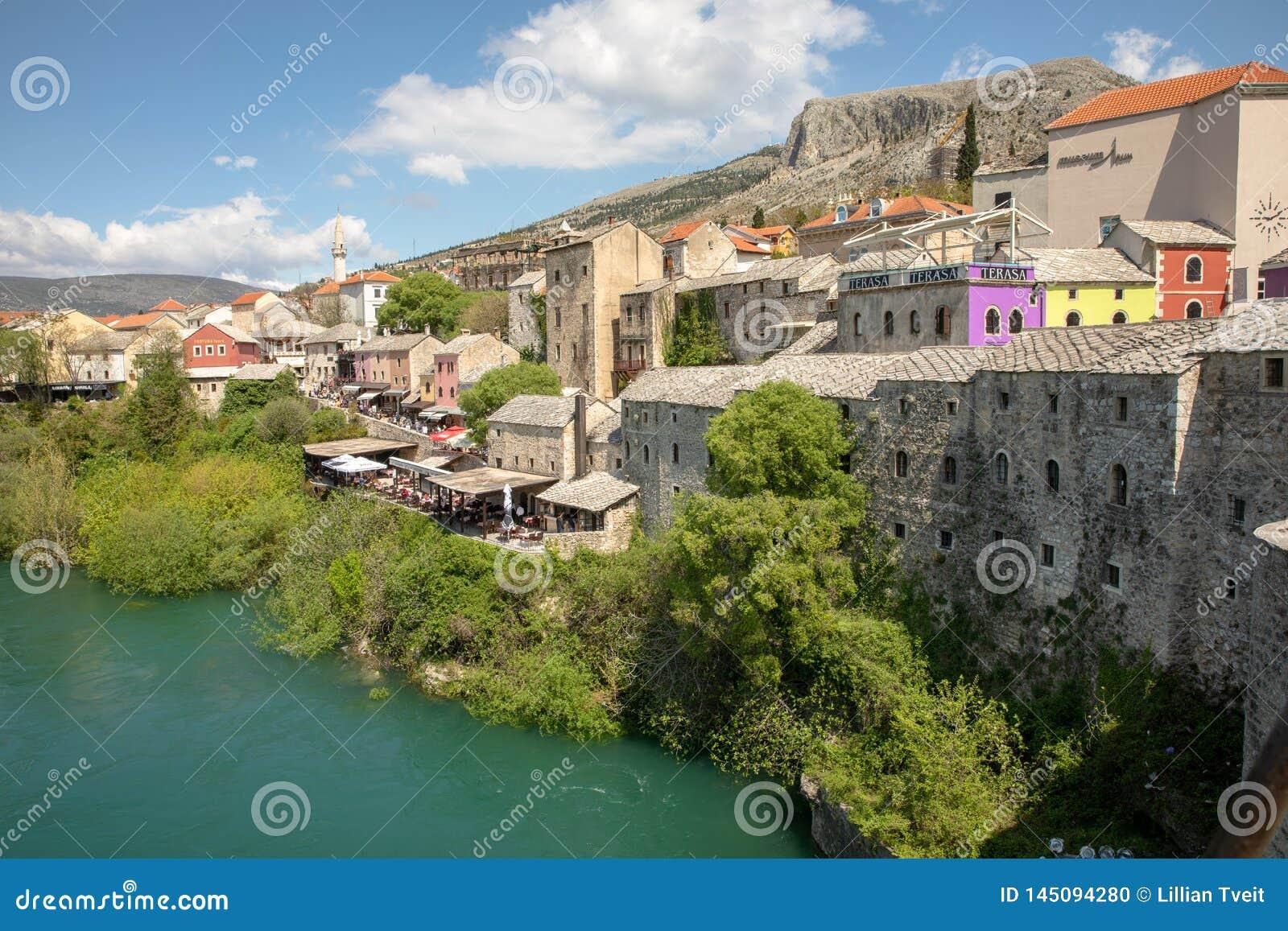 Μοστάρ, Βοσνία-Ερζεγοβίνη - τον Απρίλιο του 2017: Ποταμός Nerteva στην παλαιά πόλη του Μοστάρ, περιοχή παγκόσμιων κληρονομιών της