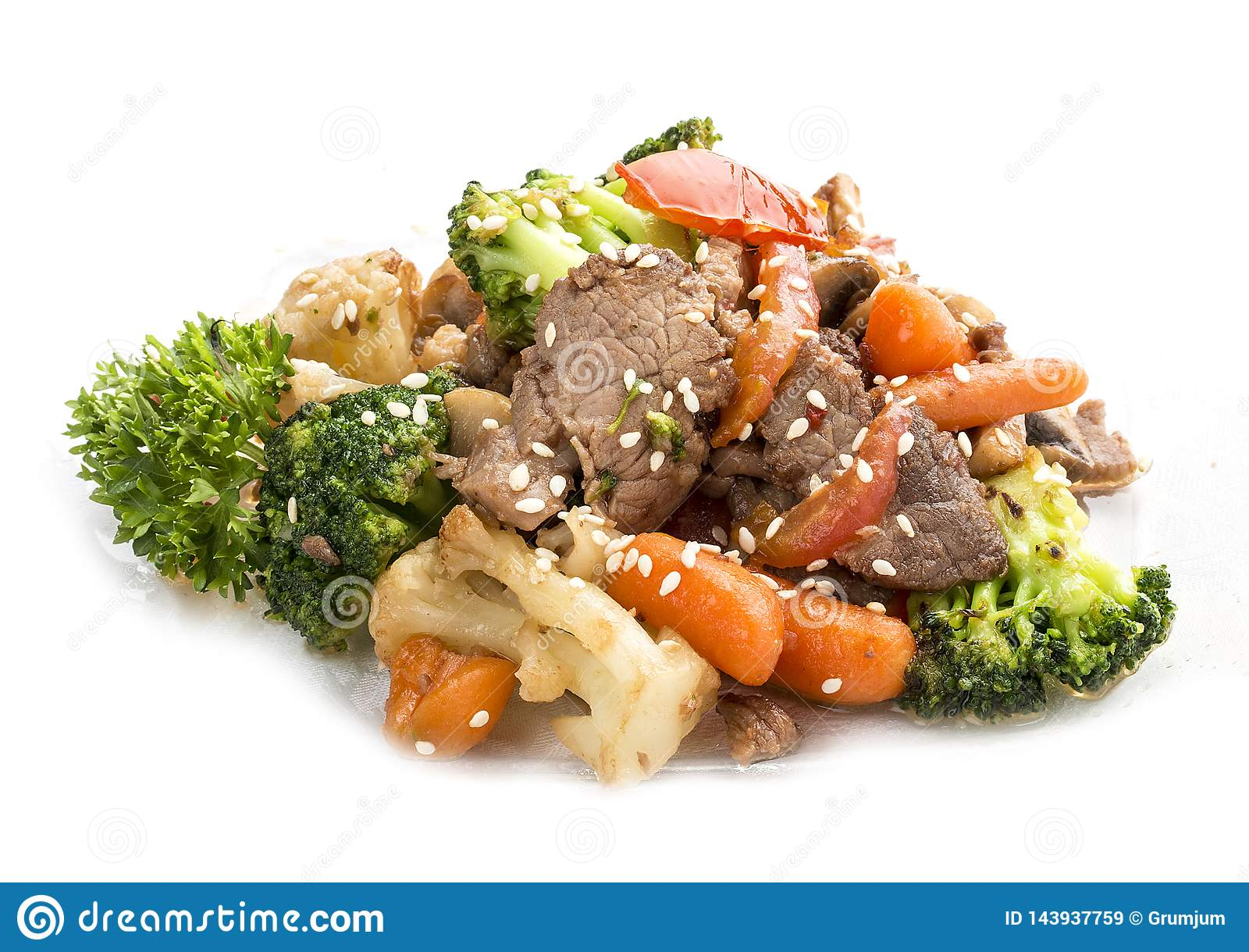 Μοσχαρίσιο κρέας, που τηγανίζεται σε WOK με τα λαχανικά στη σάλτσα σόγιας