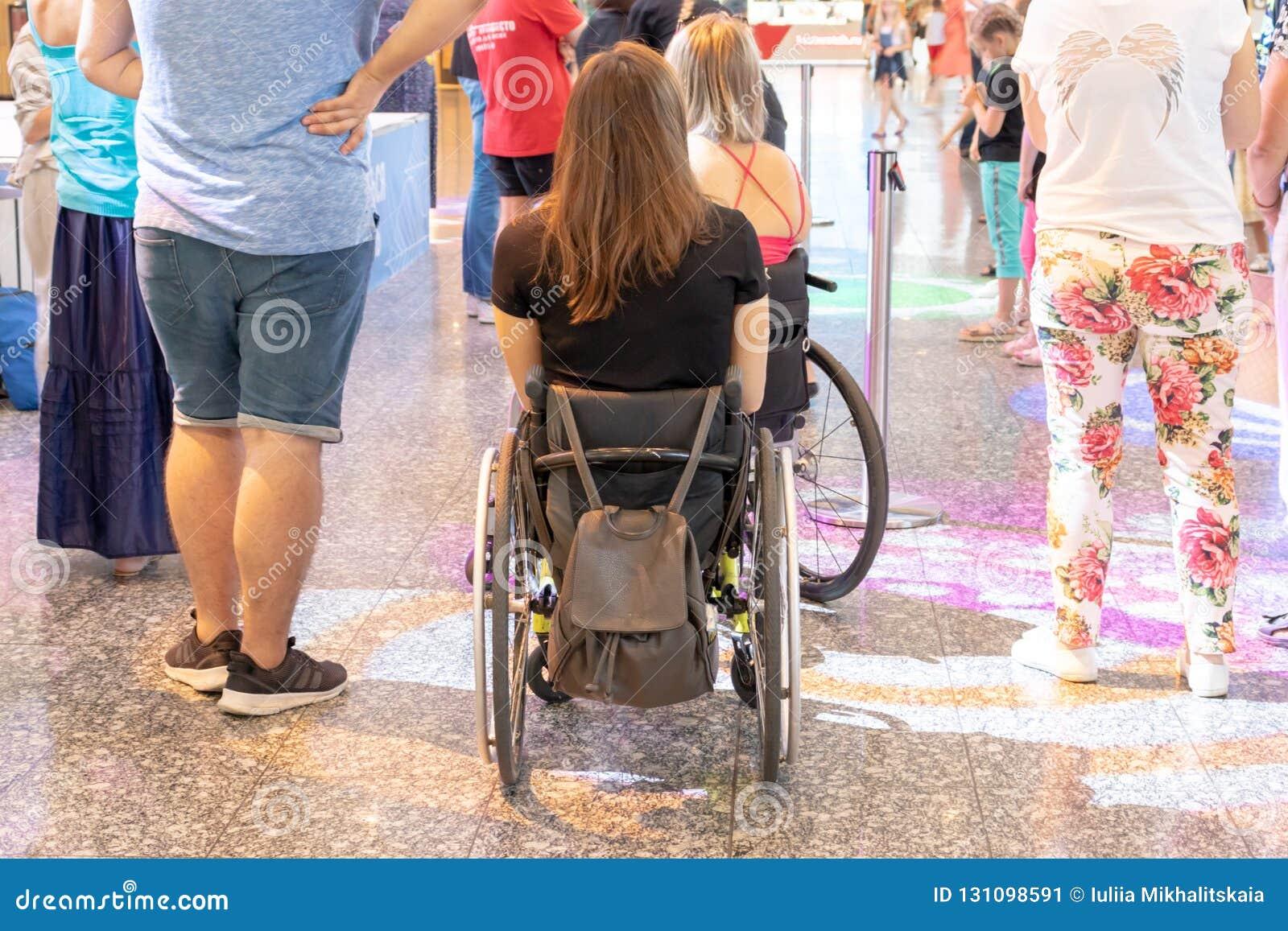 ΜΟΣΧΑ, ΡΩΣΙΑ - 29 ΑΥΓΟΎΣΤΟΥ 2018: Δύο με ειδικές ανάγκες άτομα στις αναπηρικές καρέκλες στη λεωφόρο αγορών