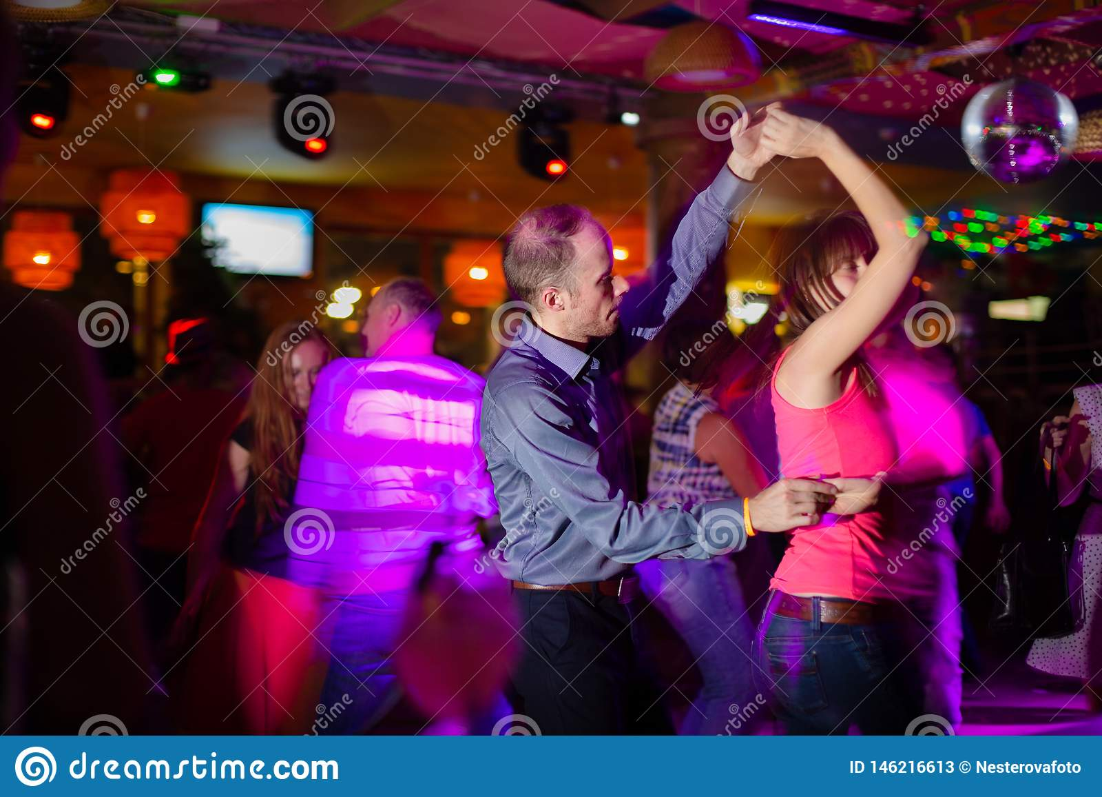 ΜΟΣΧΑ, ΡΩΣΙΚΉ ΟΜΟΣΠΟΝΔΊΑ - 13 ΟΚΤΩΒΡΊΟΥ 2018: Ένα μέσης ηλικίας ζεύγος, ένας άνδρας και μια γυναίκα, salsa χορού μεταξύ ενός πλήθ