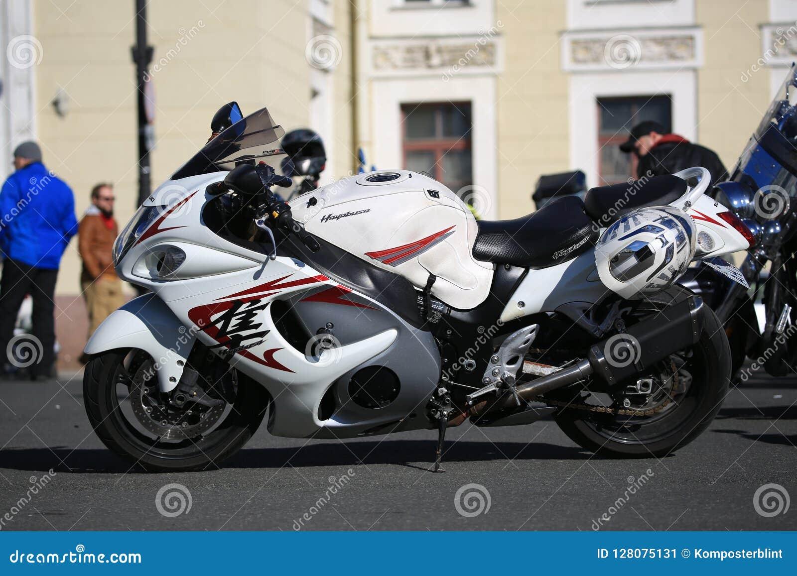 Μοτοσικλέτα Suzuki GSX1300R Hayabusa μια φωτεινή ηλιόλουστη ημέρα Άποψη αριστερών πλευρών