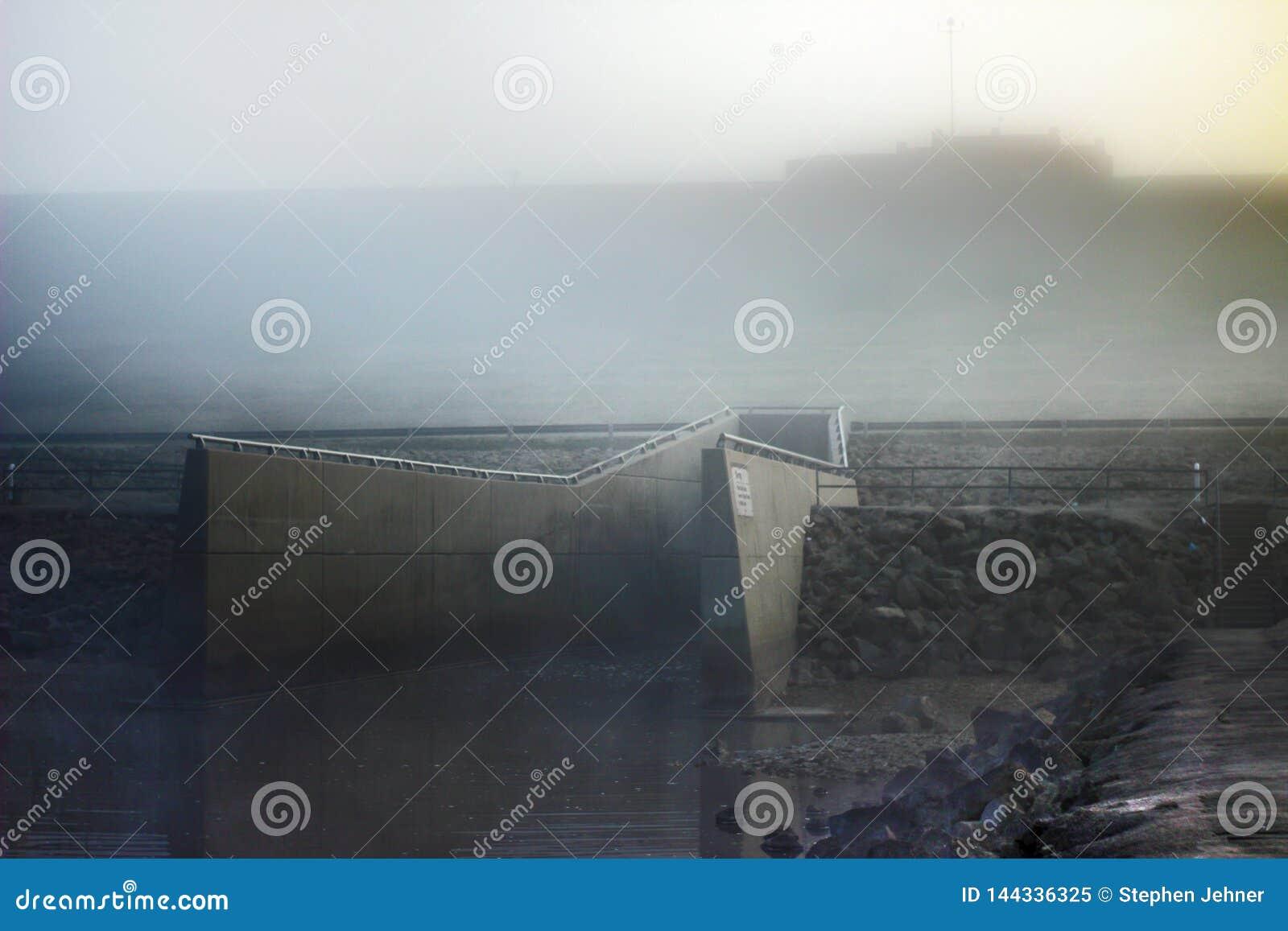 Μουντή άποψη πρωινού spillway από μια μεγάλη δεξαμενή