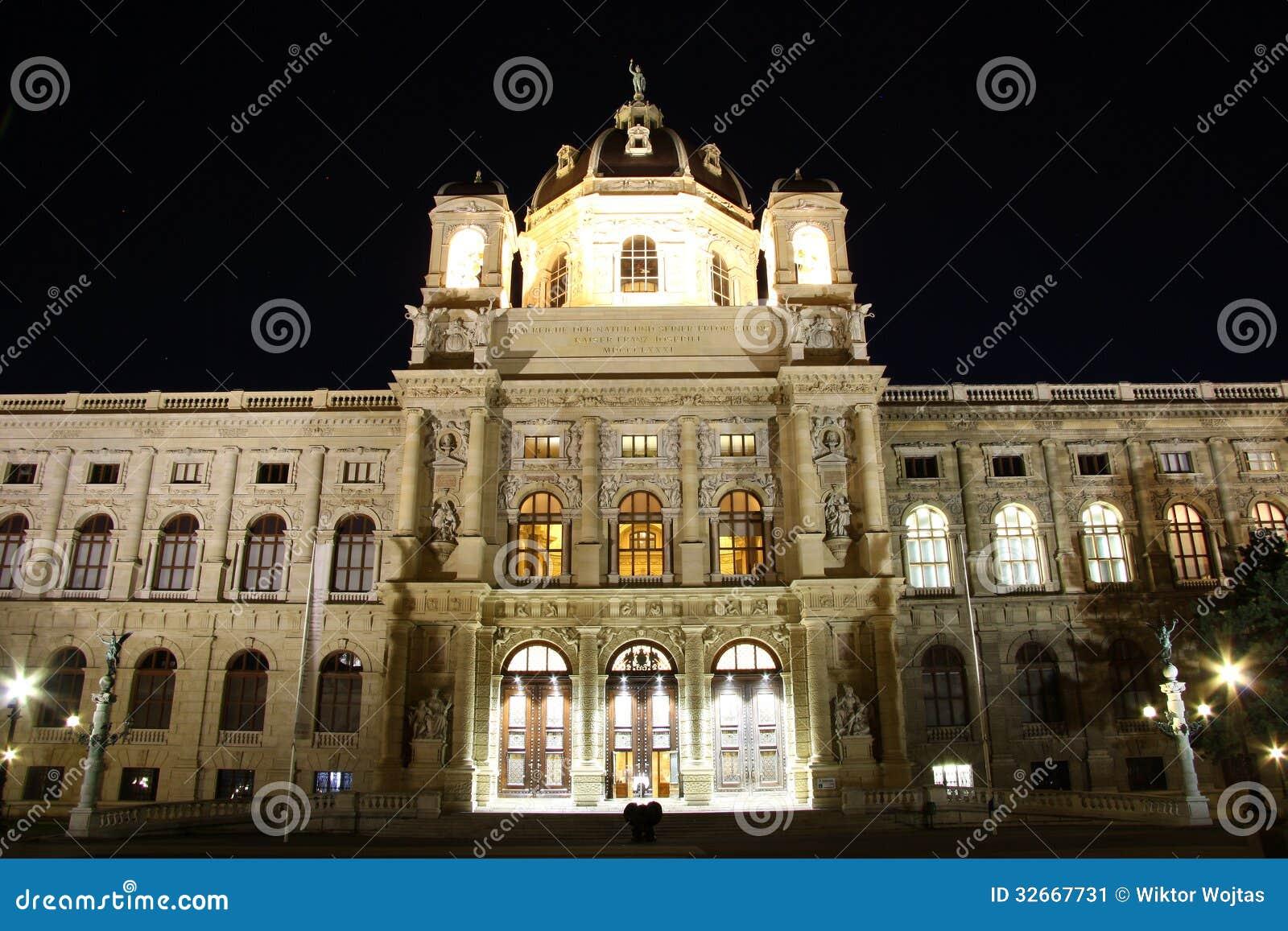 Μουσείο της φυσικής ιστορίας της Βιέννης τη νύχτα