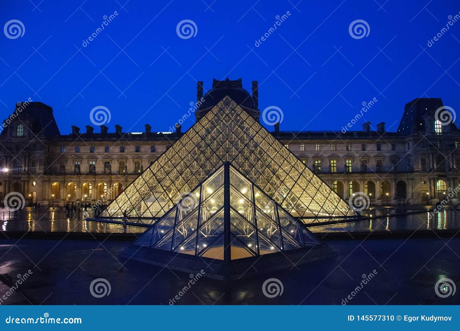 Μουσείο του Λούβρου στο λυκόφως το χειμώνα Παρίσι