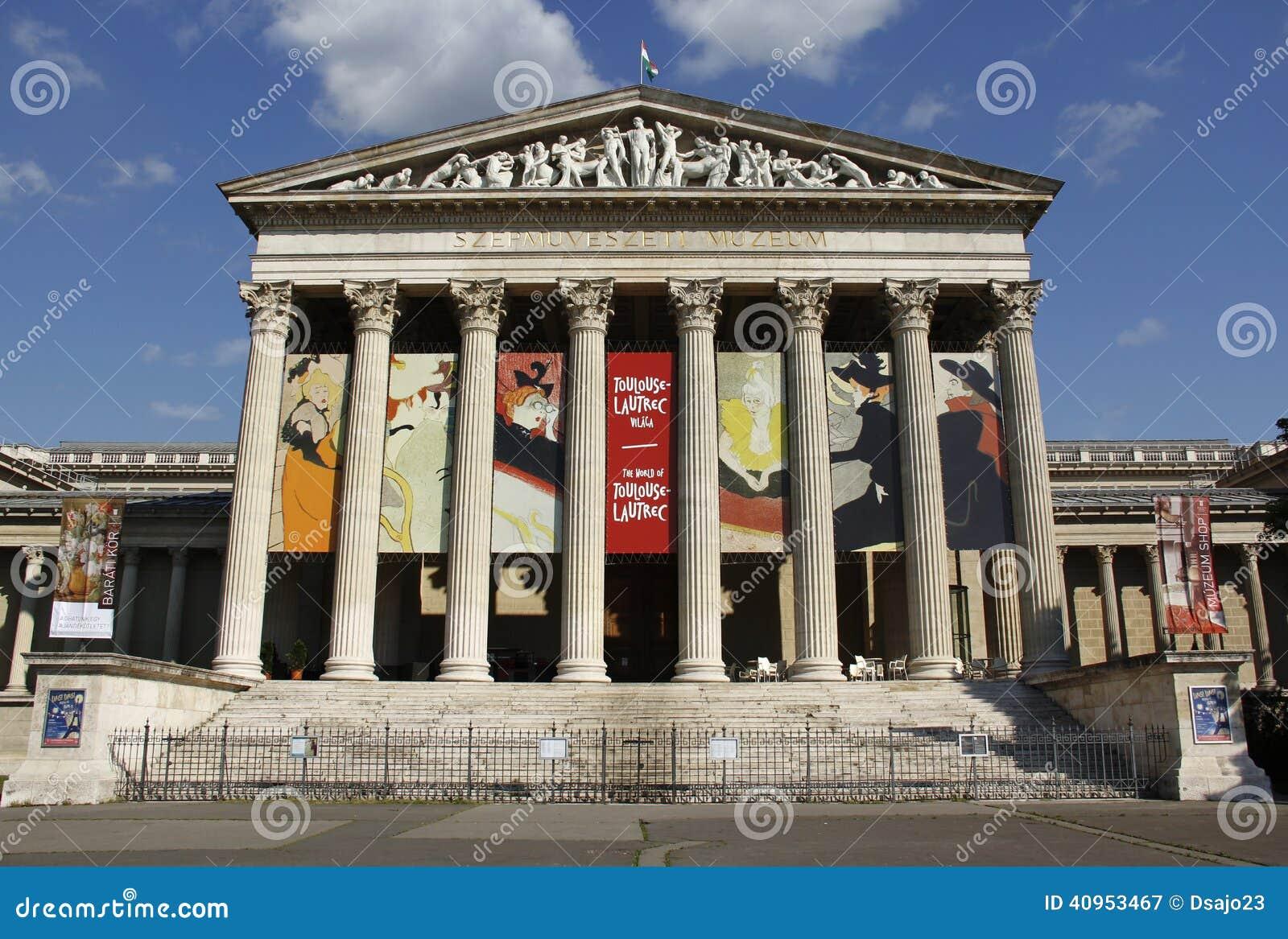 Μουσείο των Καλών Τεχνών στο τετράγωνο των ηρώων