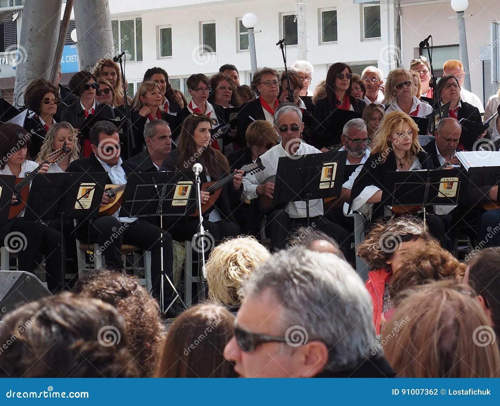 1789faf5abf4 Μουσικοί που παίζουν στην υπαίθρια συναυλία τον Απρίλιο του 2017 Ηρακλείου  Κρήτη Ελλάδα