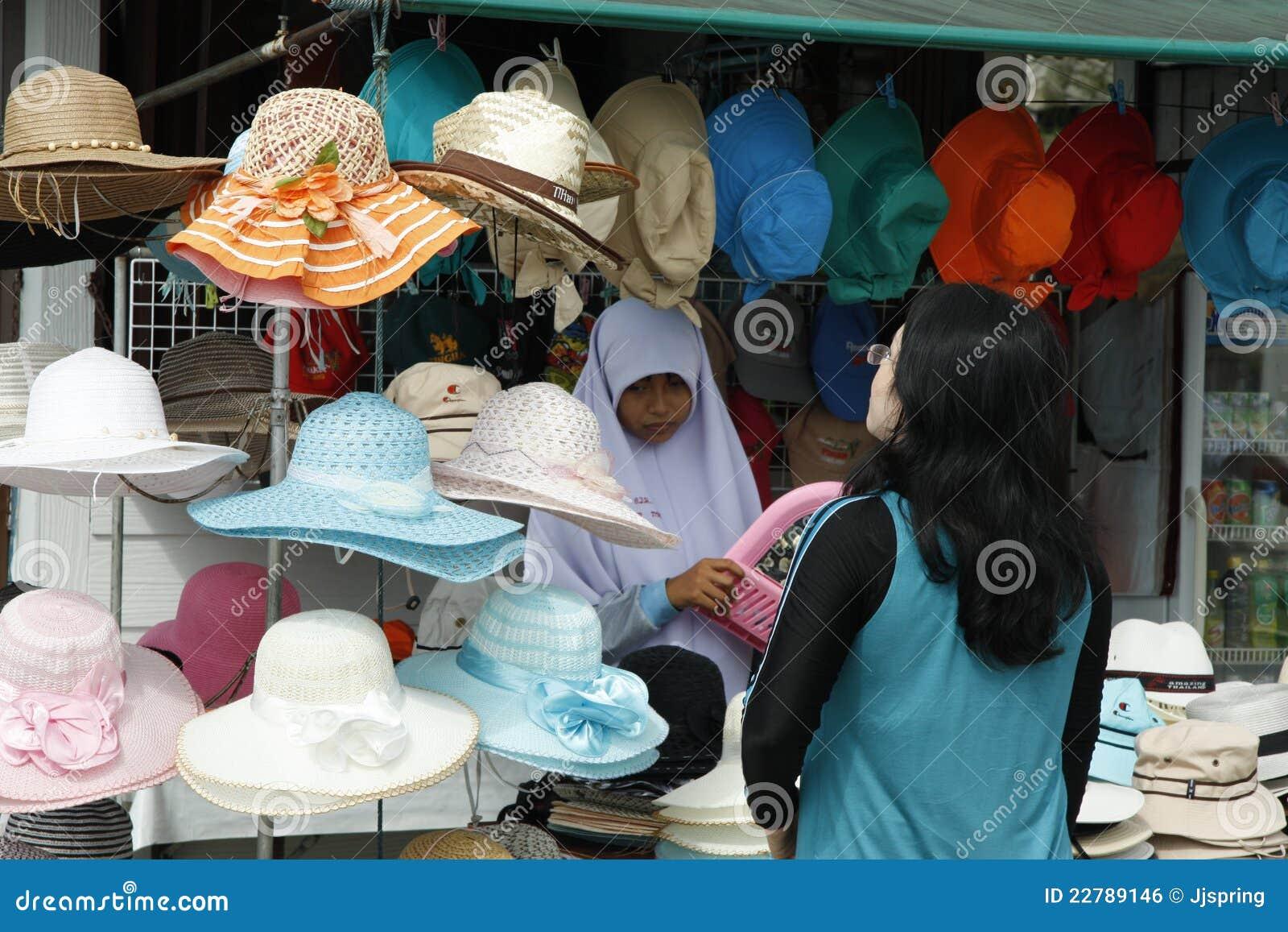 μουσουλμανική πωλώντας γυναίκα καπέλων