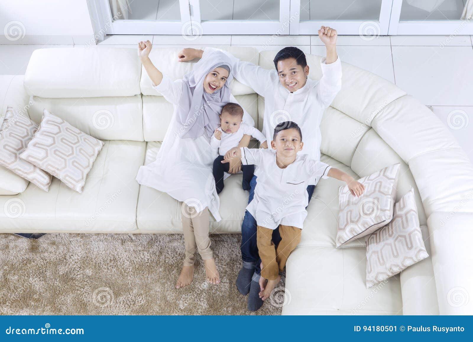 Μουσουλμανική οικογένεια που εκφράζει την ευτυχία τους