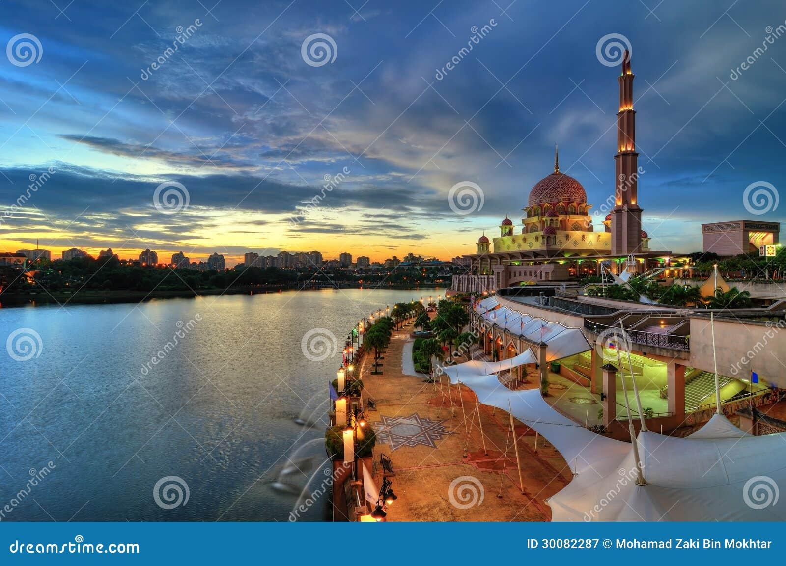 Μουσουλμανικό τέμενος από την όχθη της λίμνης
