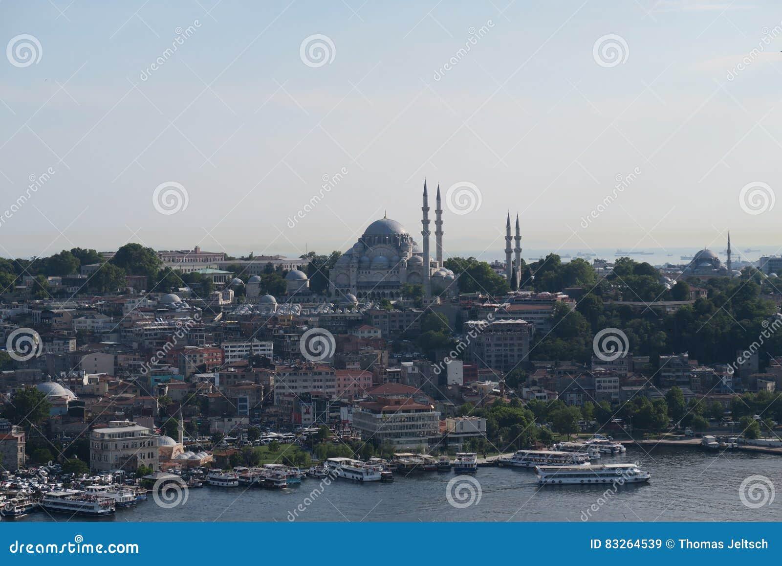 Μουσουλμανικό τέμενος Suleymaniye όπως βλέπει από Galata, στη Ιστανμπούλ, Τουρκία