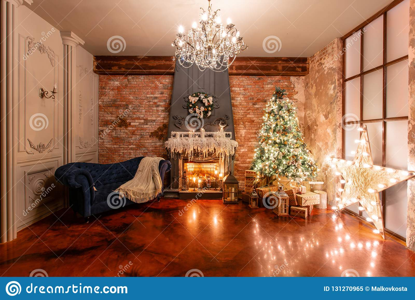 μούρων ντεκόρ ελαιόπρινου βασικών φύλλων άσπρος χειμώνας δέντρων γκι χιονώδης Χριστούγεννα στο εσωτερικό σοφιτών ενάντια στο τουβ