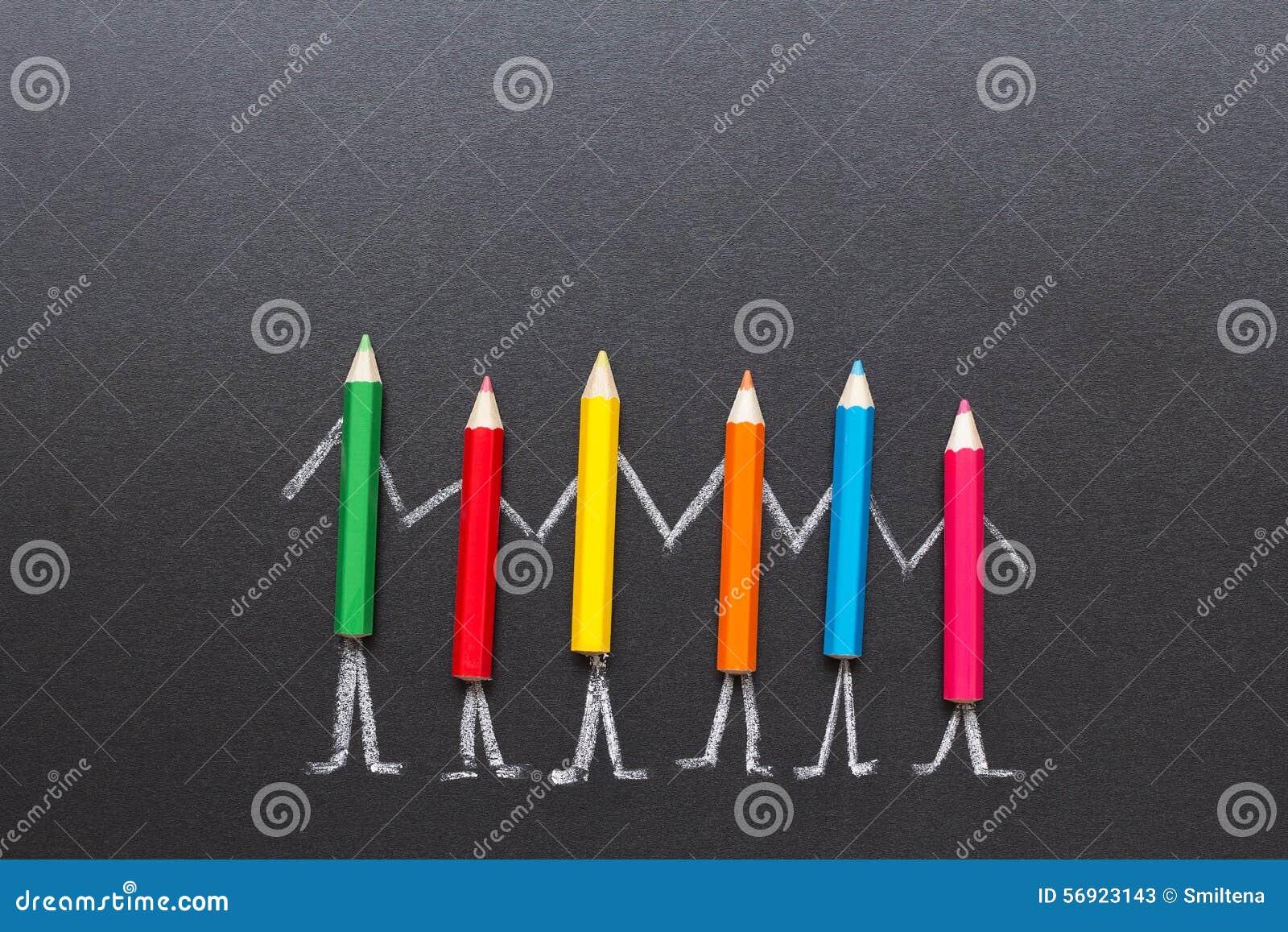 Μολύβια χρώματος που κρατούν τα χέρια