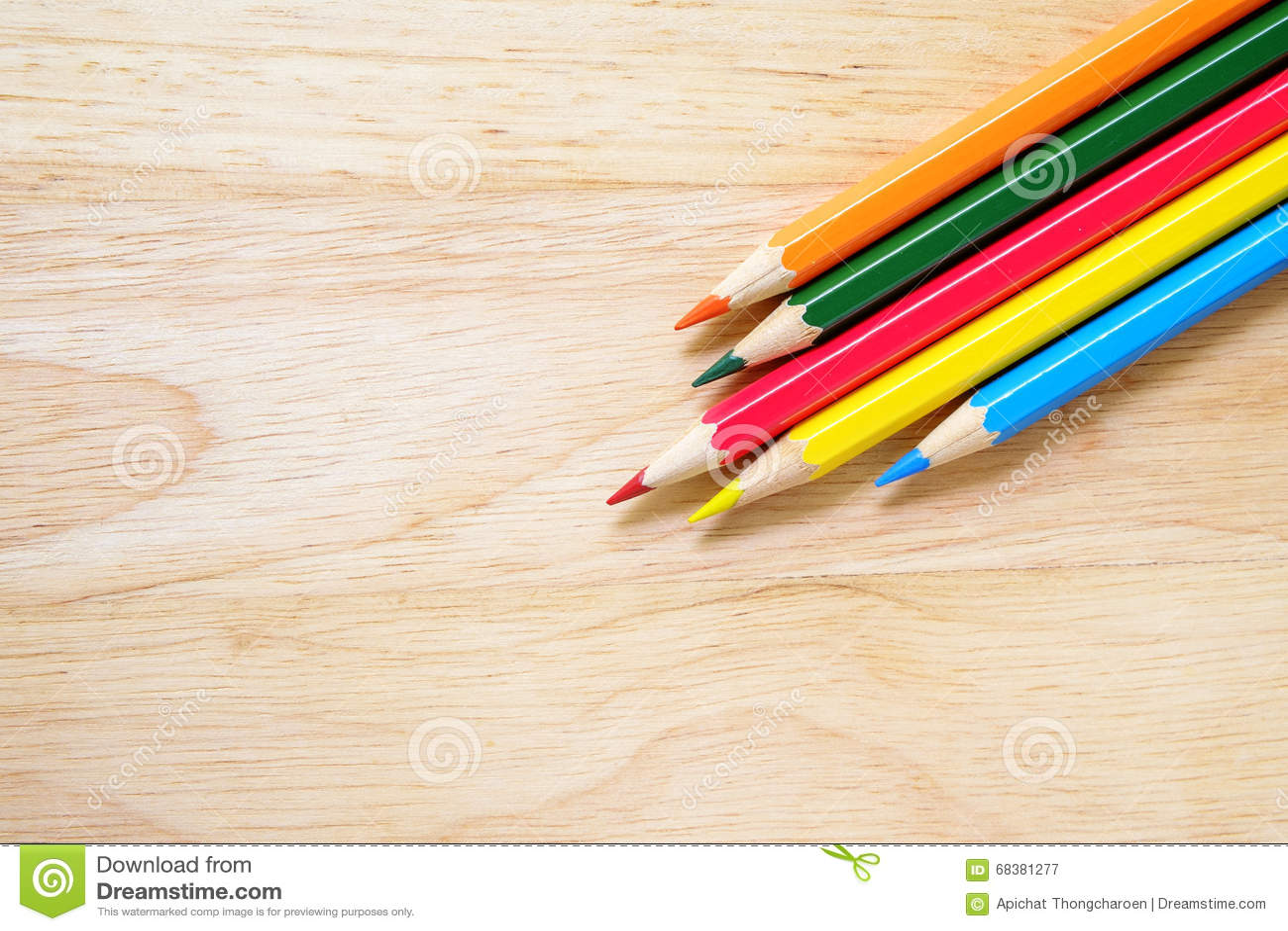 Μολύβια χρώματος στην ξύλινη ανασκόπηση
