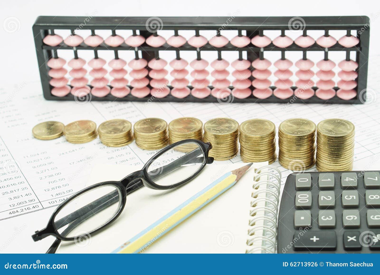Μολύβι και θεάματα στο σημειωματάριο με τον υπολογιστή στα οικονομικά έγγραφα