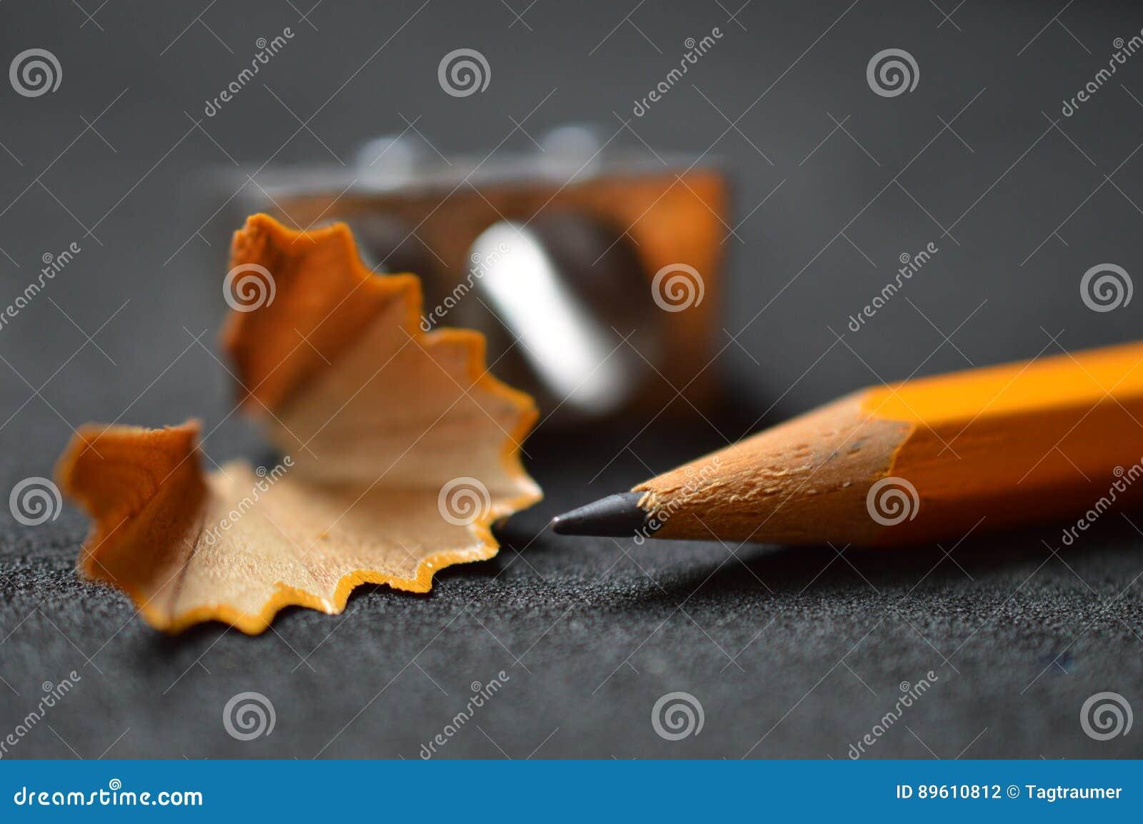 Μολύβι με τα ξέσματα και sharpener επάνω στενό