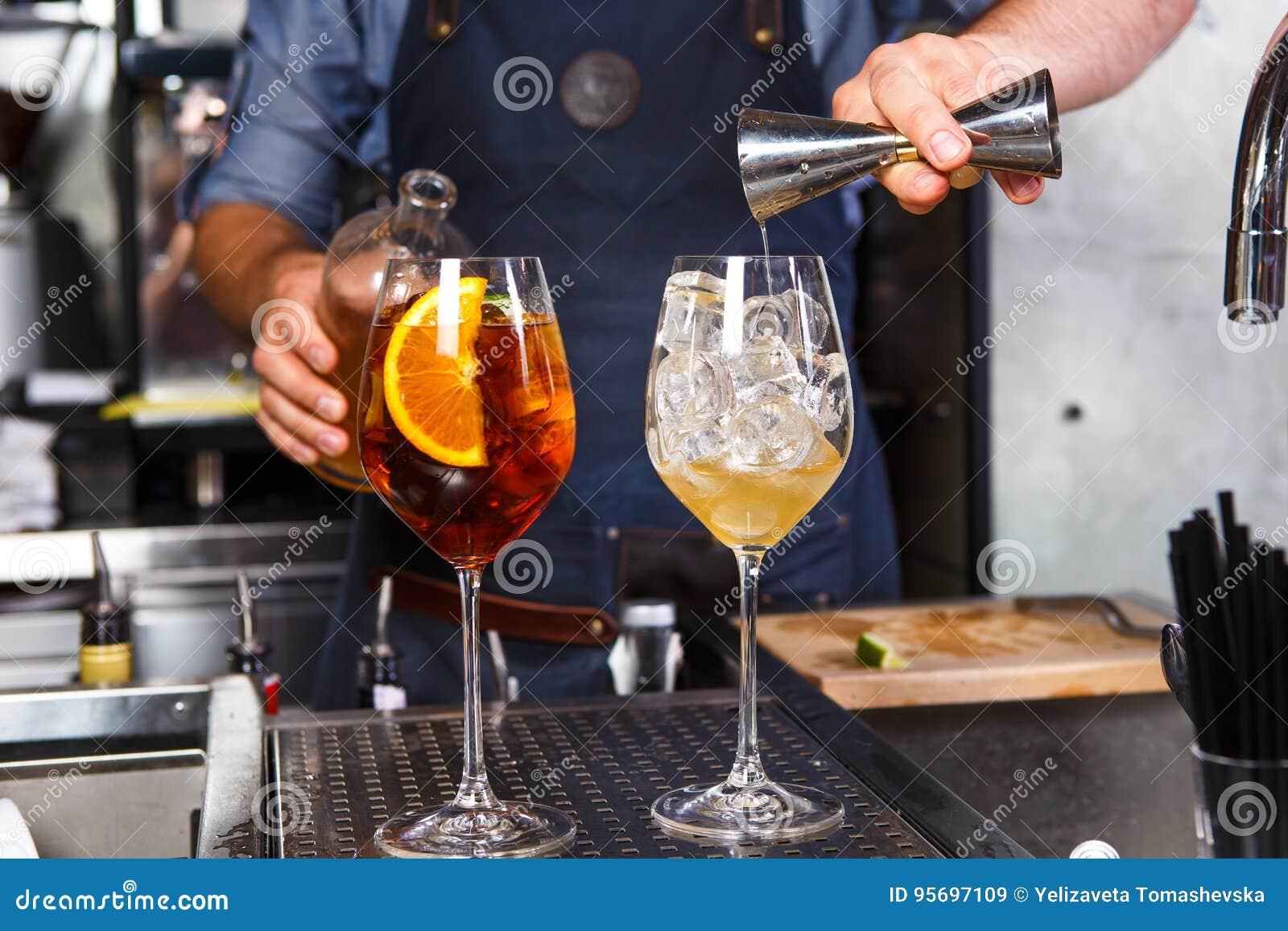 Μπάρμαν στην εργασία, που προετοιμάζει τα κοκτέιλ έννοια για την υπηρεσία και τα ποτά στην κουζίνα το εστιατόριο