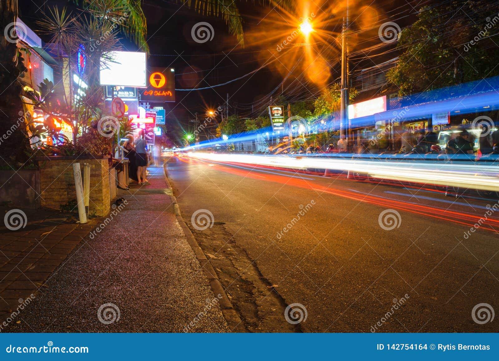 Μπαλί, Ινδονησία ΣΤΙΣ 12 ΟΚΤΩΒΡΊΟΥ 2018 Οδός νυχτερινής ζωής στο Μπαλί